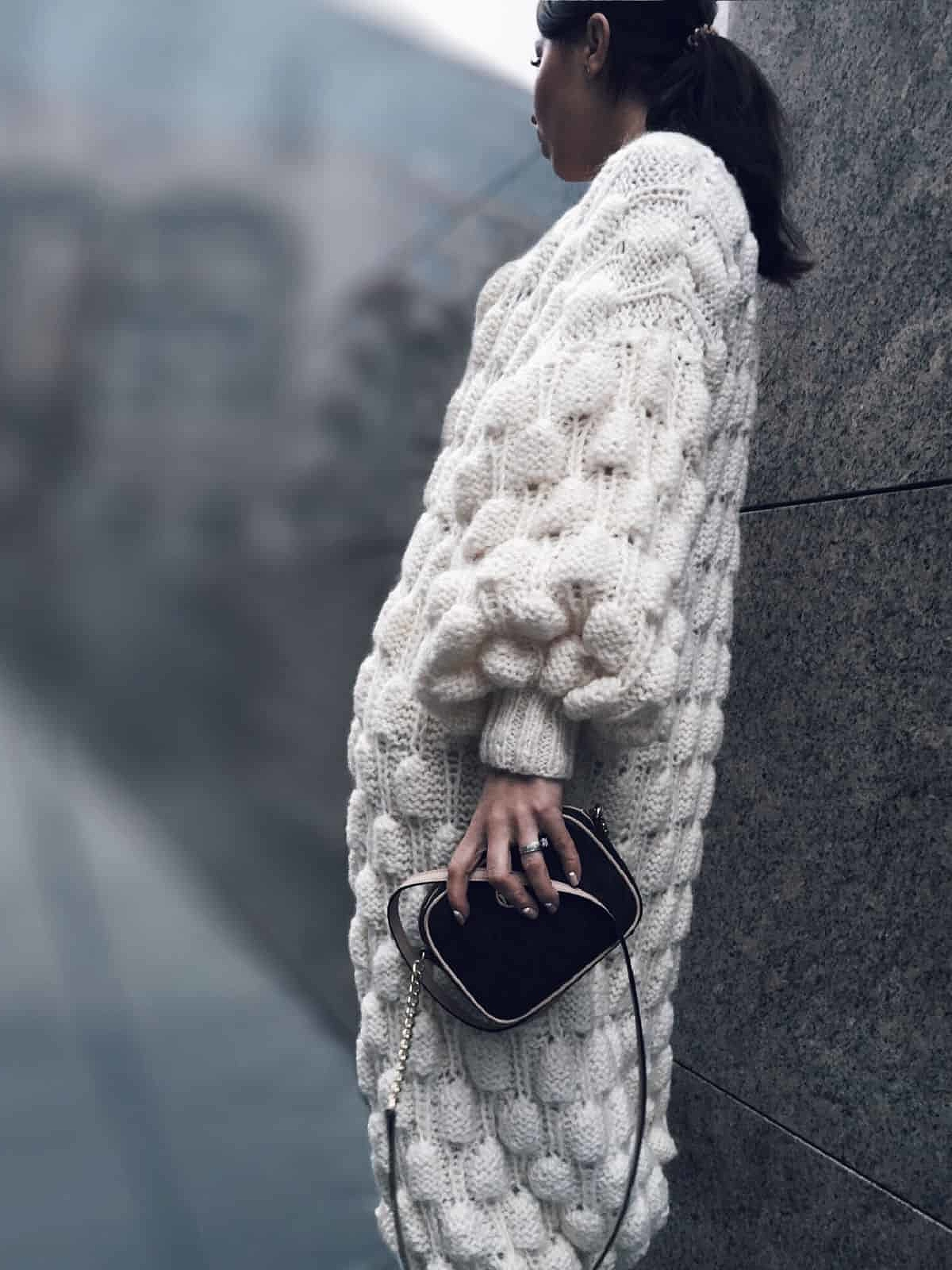 На пятой фотографии воздушный вязаный кардиган спицами для женщин от Shapar, бренда одежды ручной работы в интернет-магазине связанных вещей.