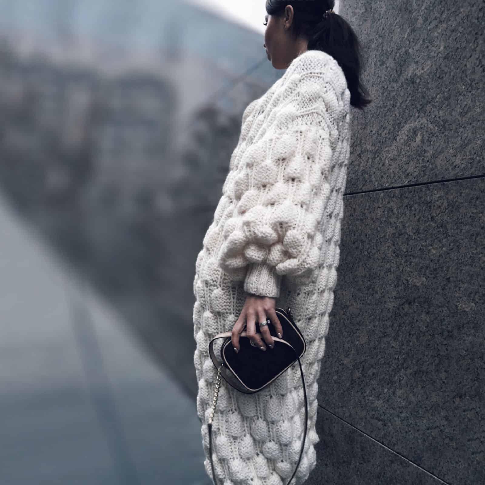 На третьей фотографии воздушный вязаный кардиган спицами для женщин от Shapar, бренда одежды ручной работы в интернет-магазине связанных вещей.
