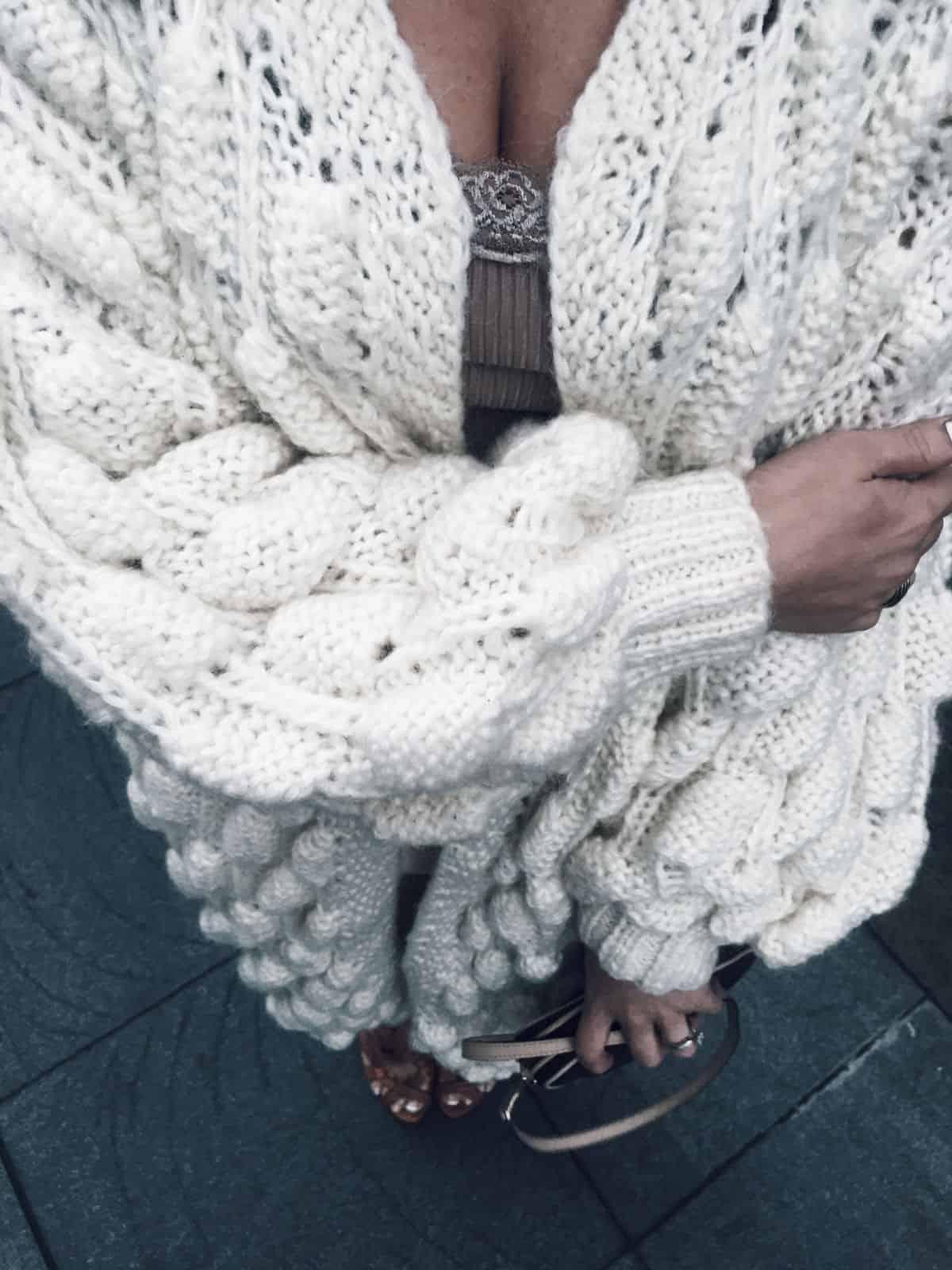 На четвертой фотографии ажурный вязаный кардиган спицами для женщин от Shapar, бренда одежды ручной работы в интернет-магазине связанных вещей.