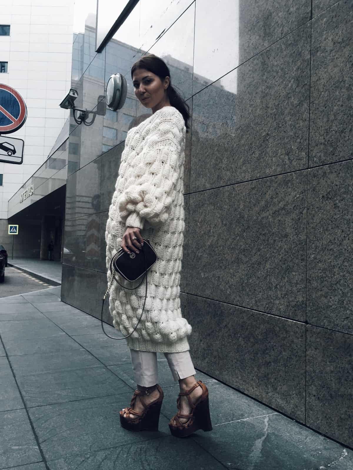 На фотографии вязаный спицами белый кардиган для женщин от SHAPAR, бренда одежды ручной работы в интернет-магазине связанных вещей.