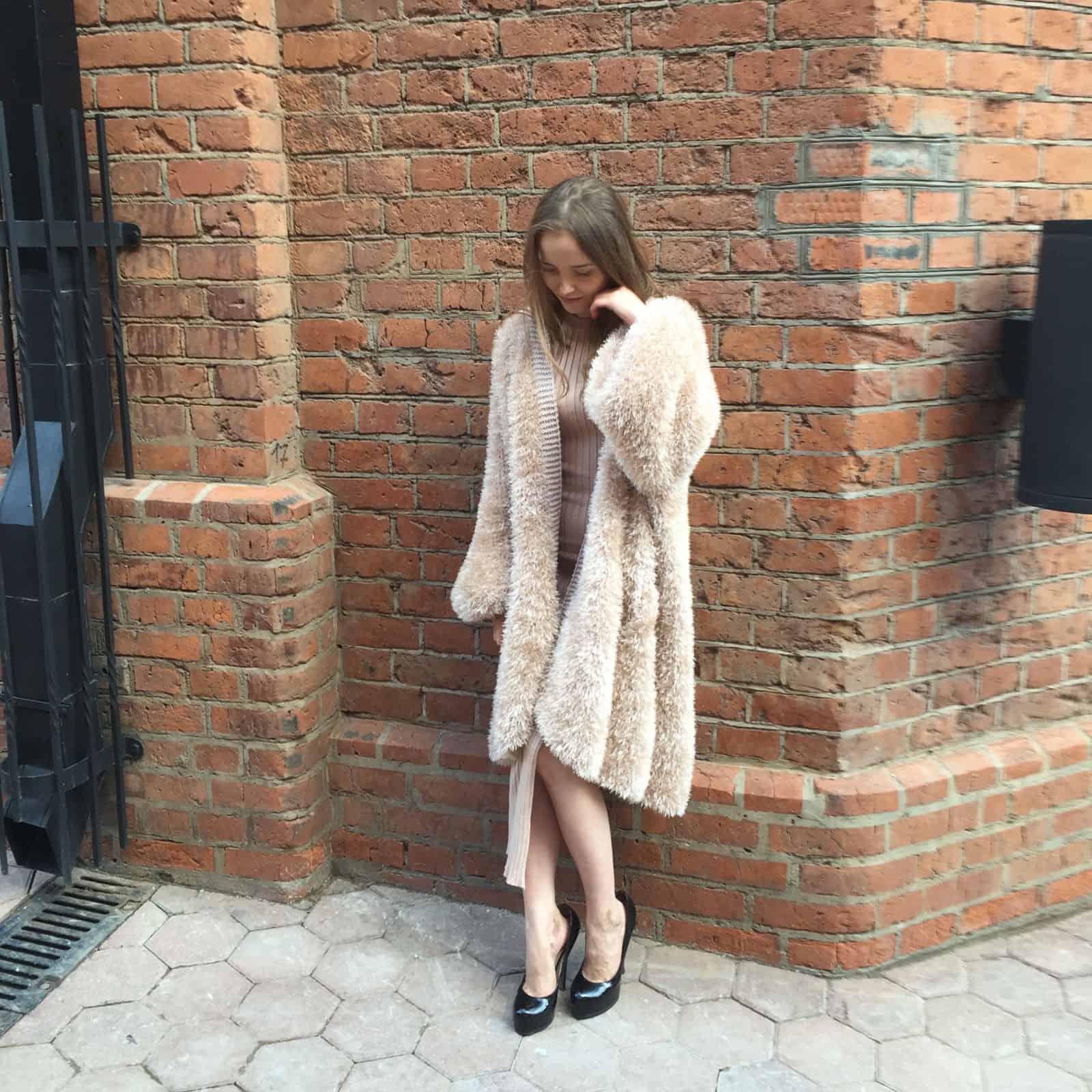 На второй фотографии модный вязаный спицами кардиган травка от Shapar, бренда женской одежды ручной работы.