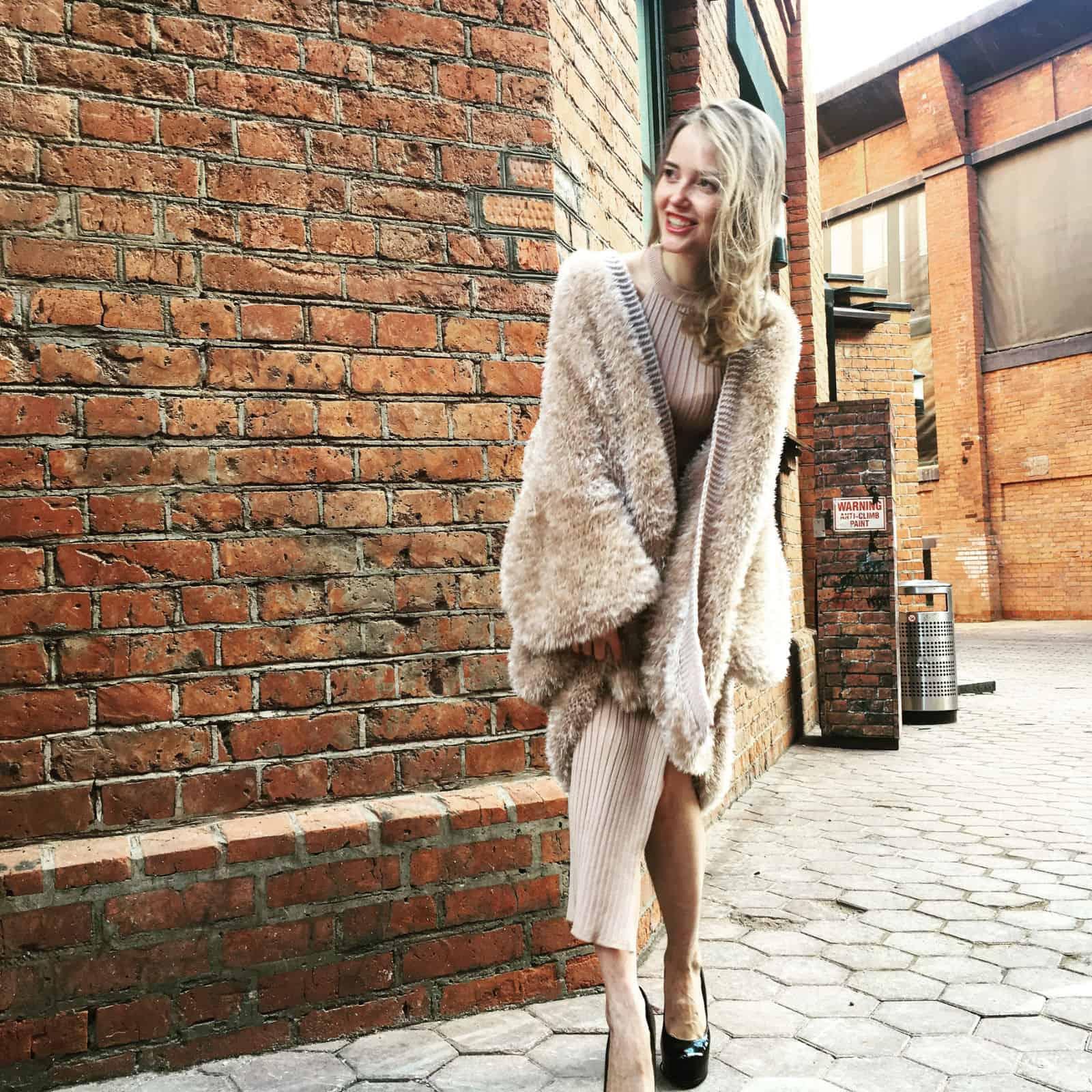 На фотографии вязаный кардиган спицами модный от Shapar, бренда женской одежды ручной работы.