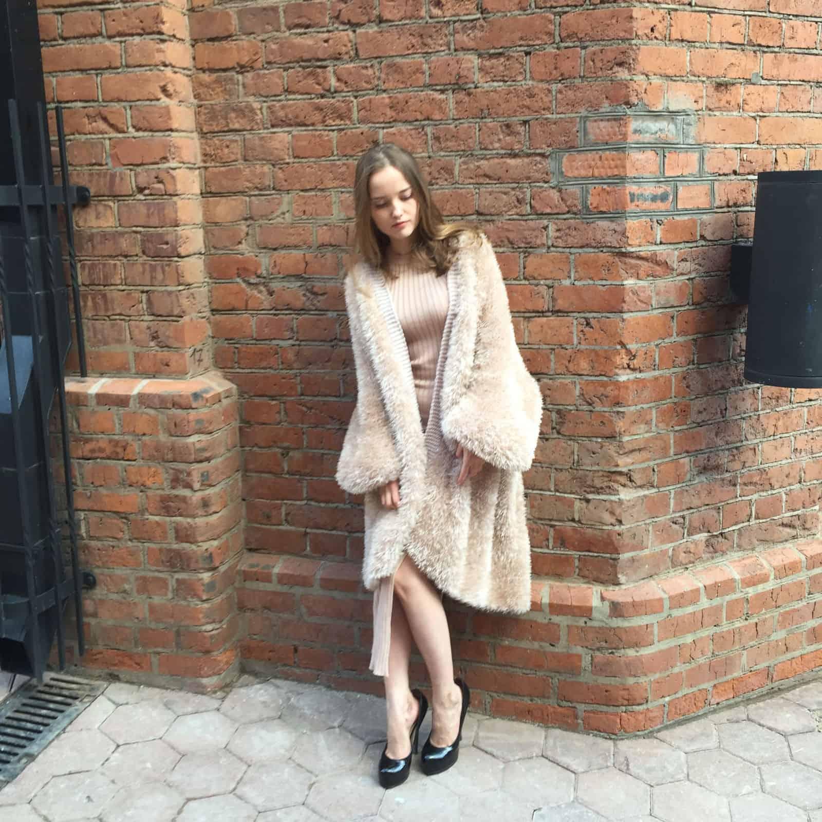 На третьей фотографии бежевый вязаный кардиган спицами модный от Shapar, бренда женской одежды ручной работы в интернет-магазине связанных вещей.