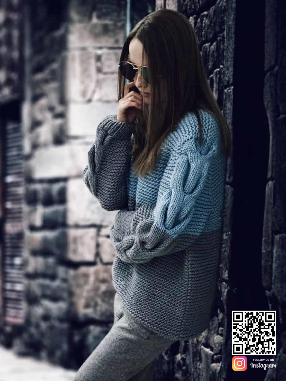 На второй фотографии вязаный двухцветный свитер с косами на рукавах от Shapar, бренда одежды ручной работы в интернет магазине связанных спицами вещей.