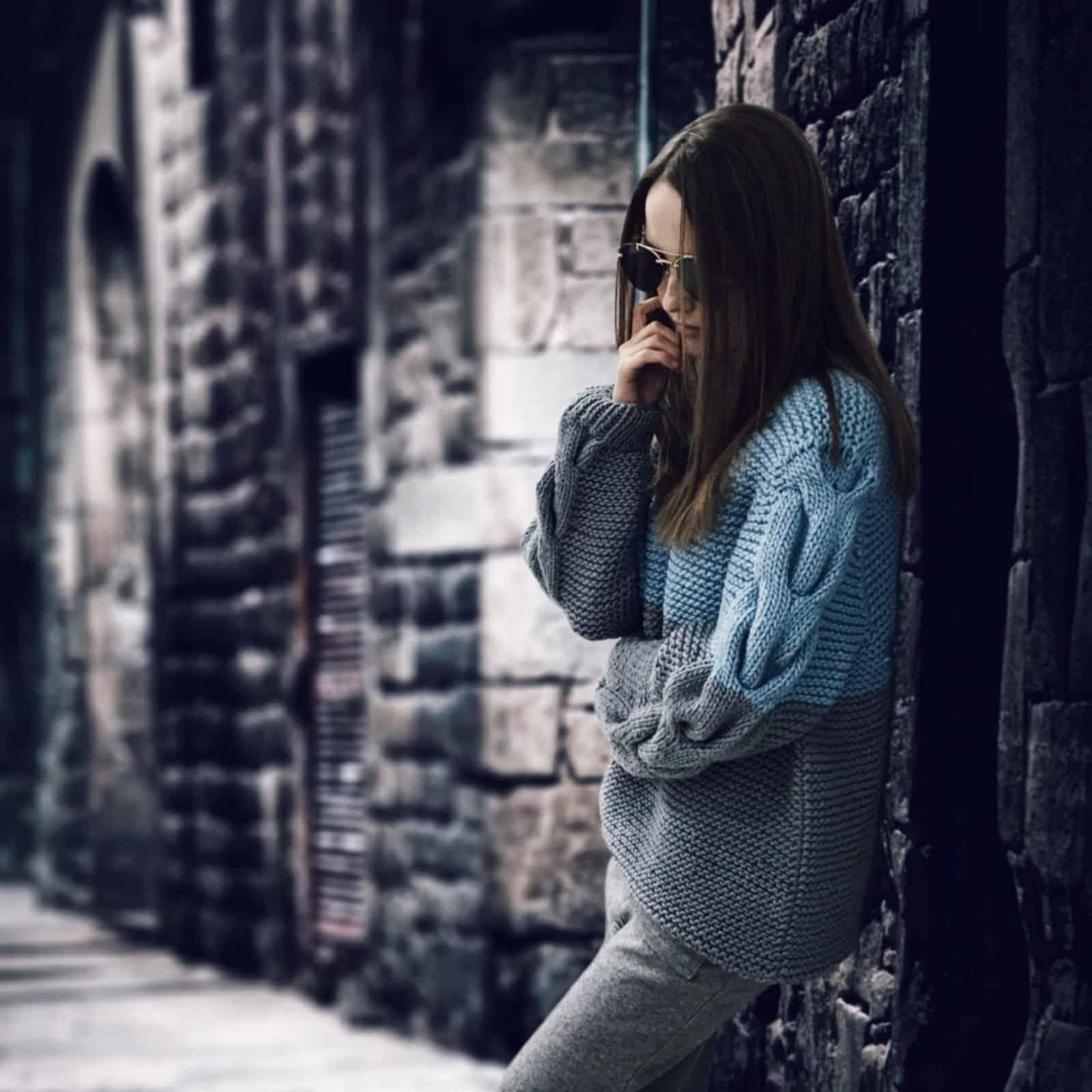 На фотографии вязаный спицами свитер от SHAPAR, бренда женской одежды ручной работы в интернет магазине связанных вещей.