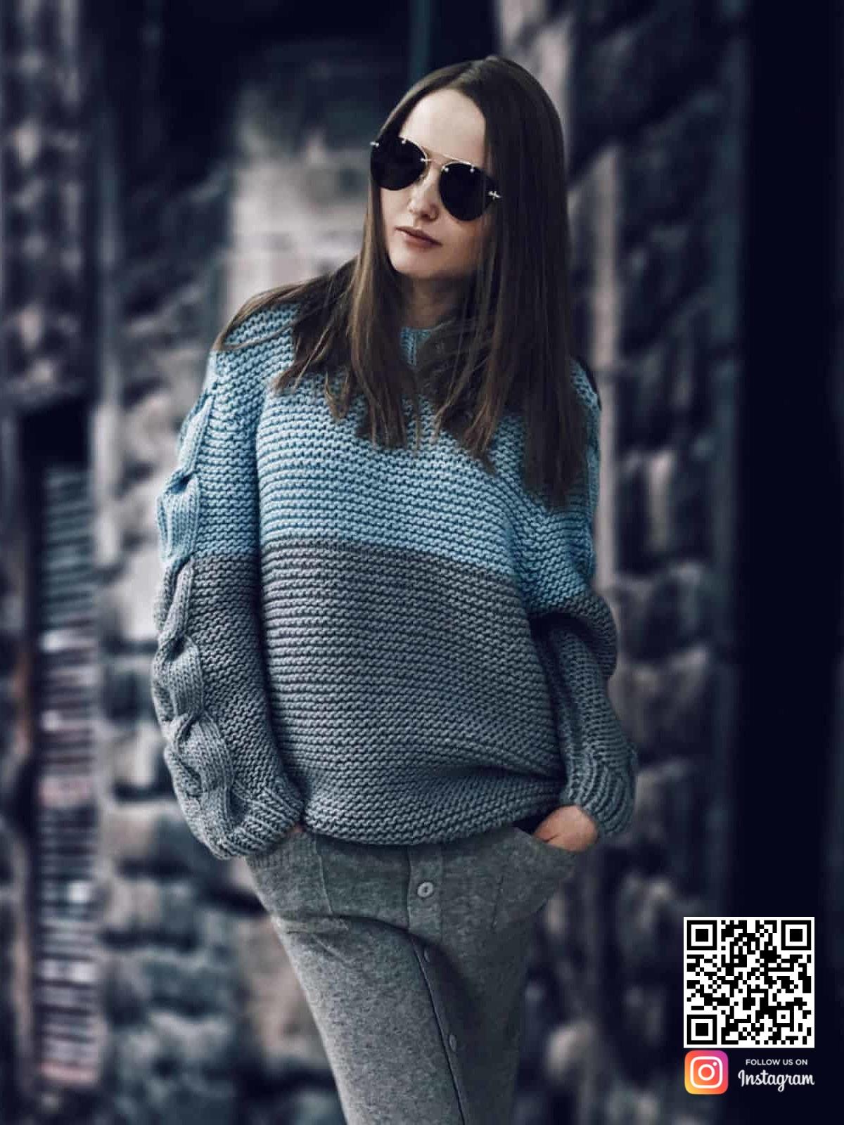 На фотографии женский вязаный двухцветный свитер от Shapar, бренда одежды ручной работы в интернет магазине связанных спицами вещей.