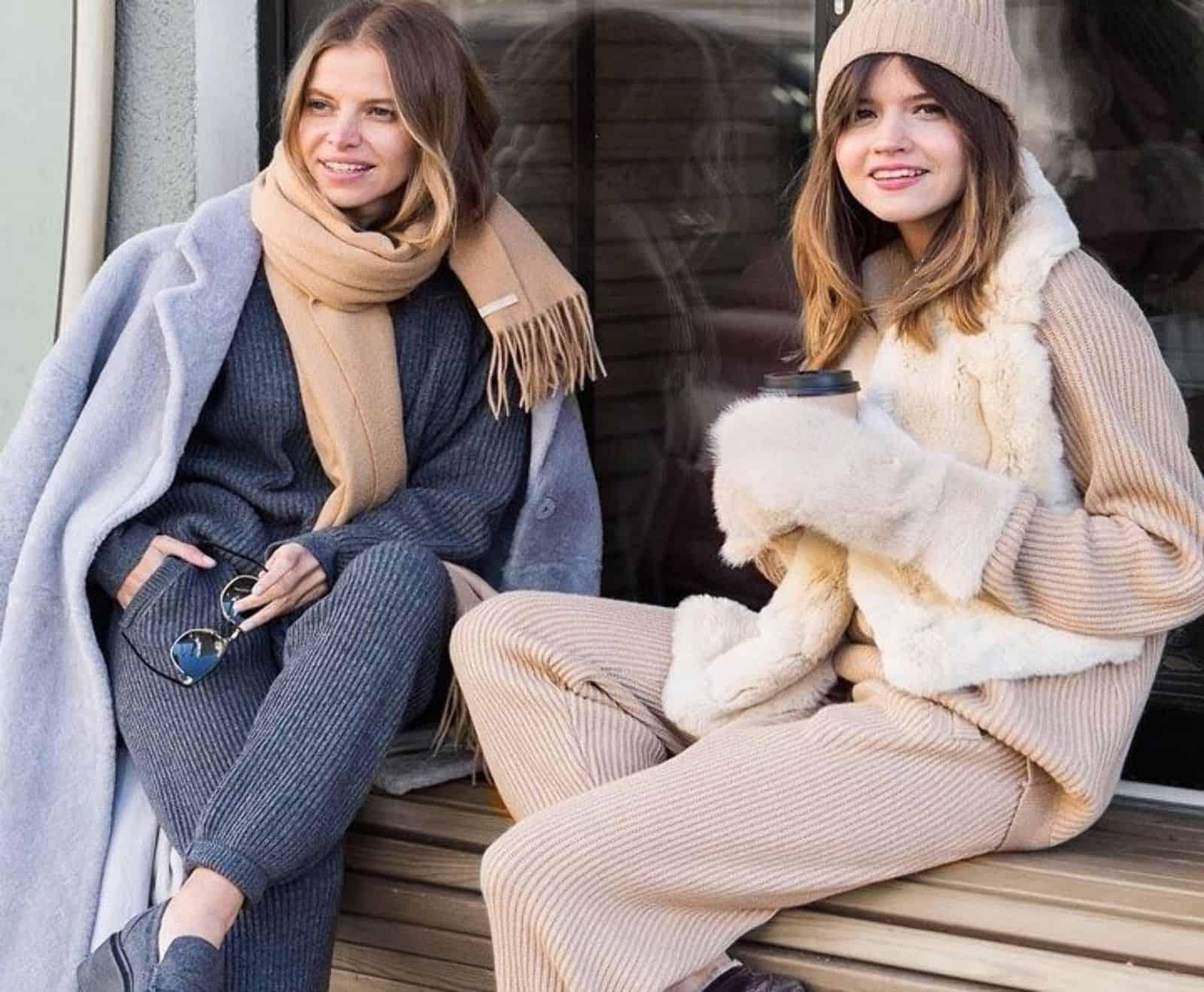 На фотографии вязаные женские костюмы: модные модели 2018.