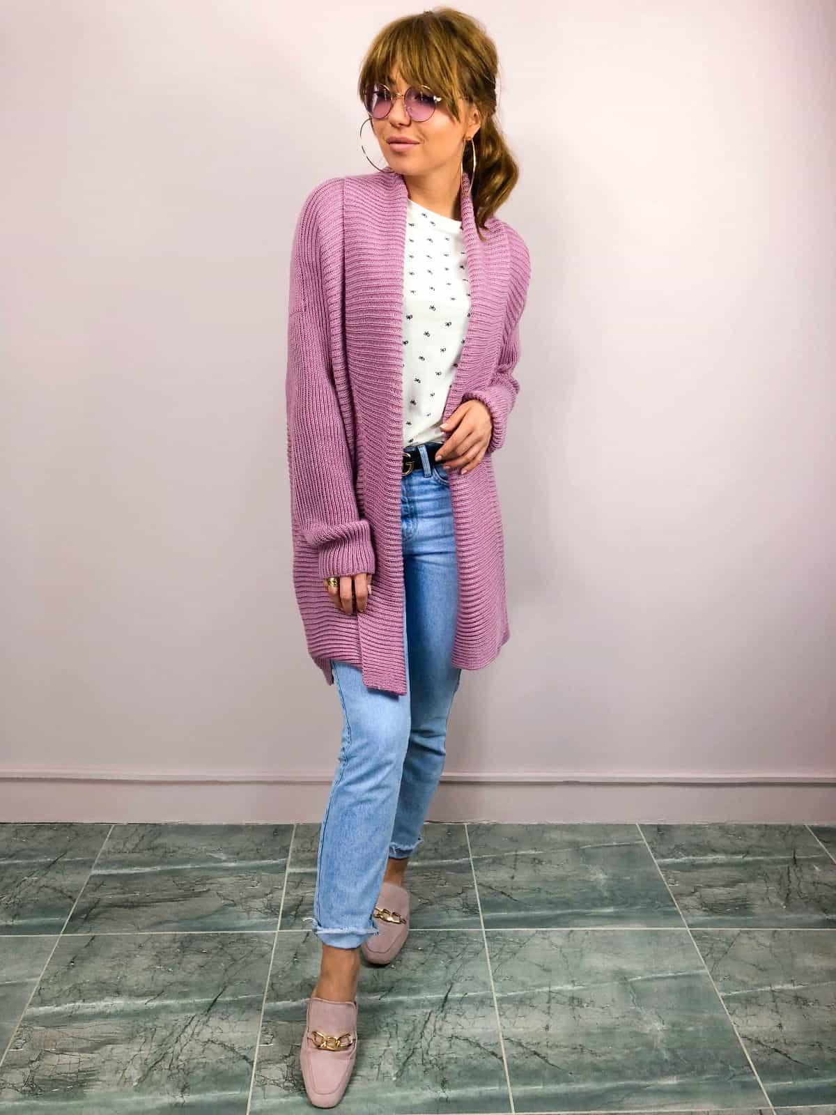 На третьей фотографии женский базовый кардиган брусничного цвета от Shapar, бренда вязаной одежды ручной работы в интернет-магазине связанных спицами вещей.
