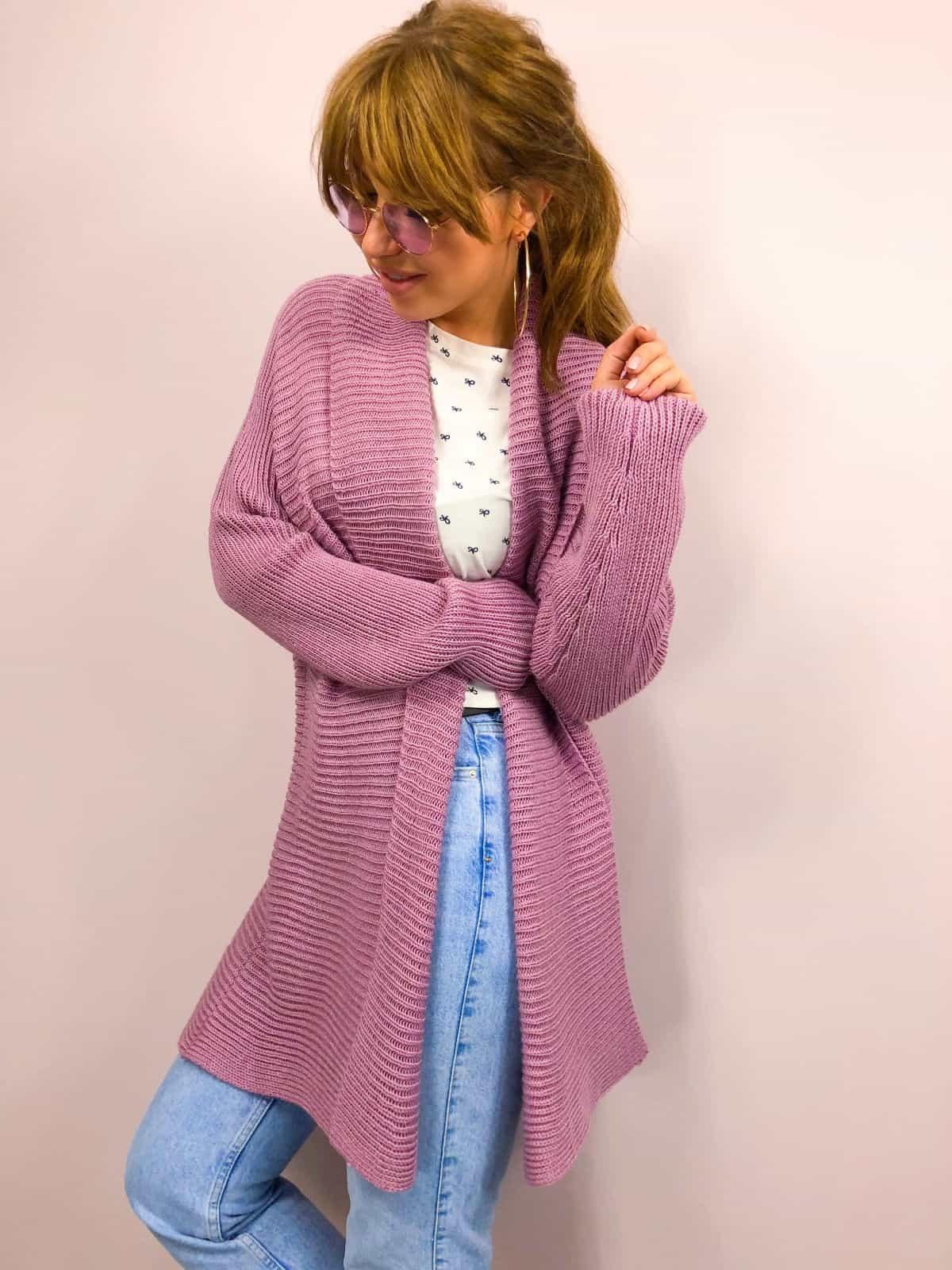 На фотографии женский базовый кардиган от Shapar, бренда вязаной одежды ручной работы в интернет-магазине связанных спицами вещей.