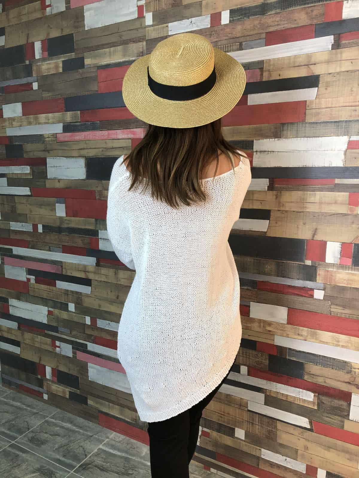 На второй фотографии женский белый джемпер в отпуск к морю от Shapar, бренда вязаной одежды ручной работы в интернет-магазине связанных спицами вещей.