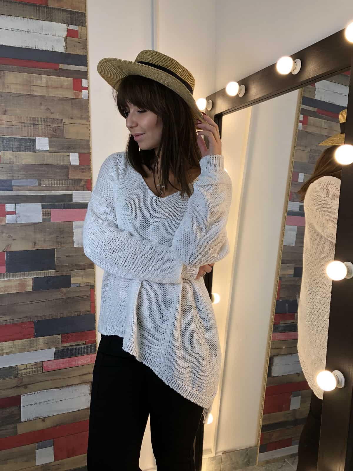 На фотографии женский белый джемпер на одно плечо от Shapar, бренда вязаной одежды ручной работы в интернет-магазине связанных спицами вещей.