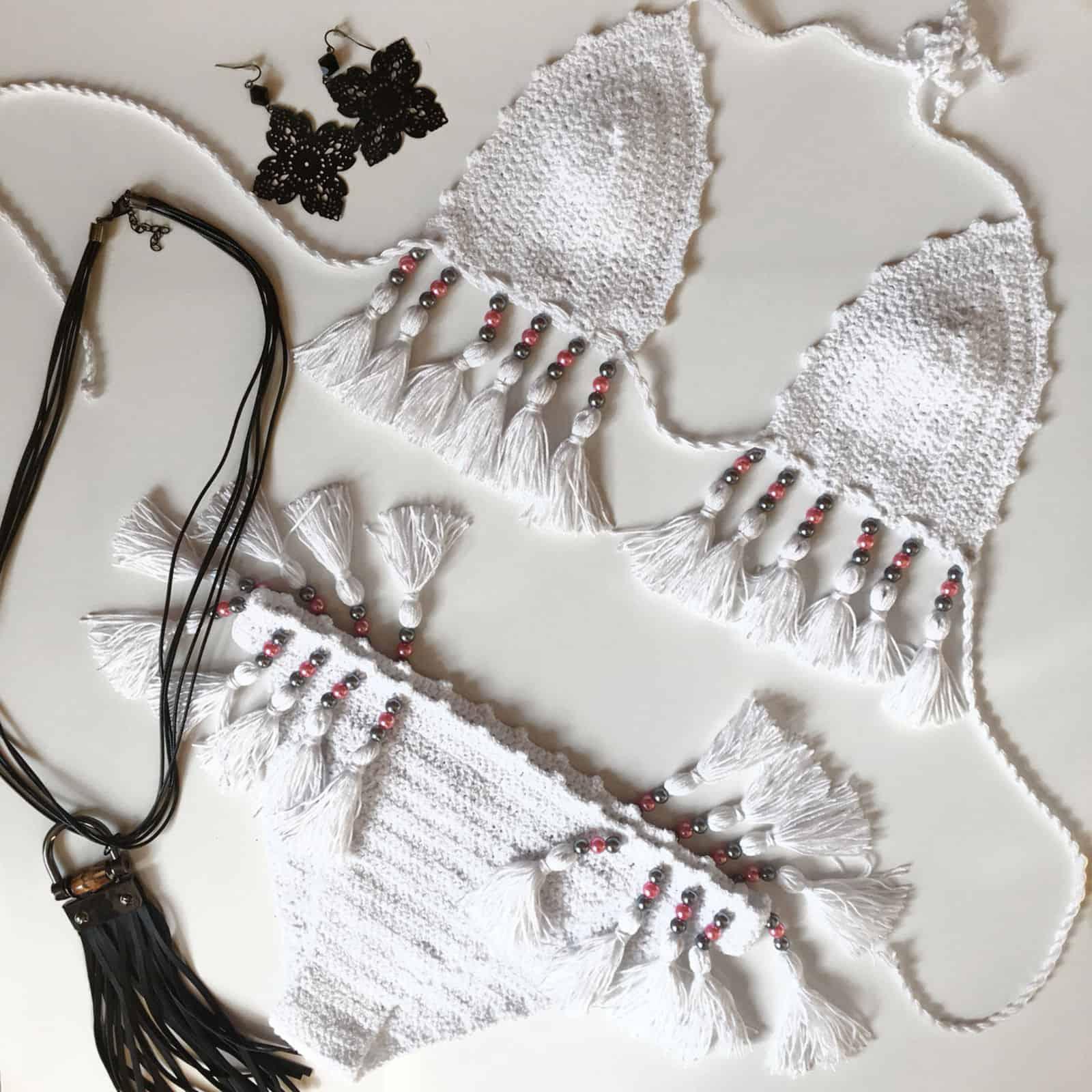На фотографии белый женский купальник от SHAPAR, бренда вязаной одежды ручной работы в интернет-магазине связанных крючком вещей.