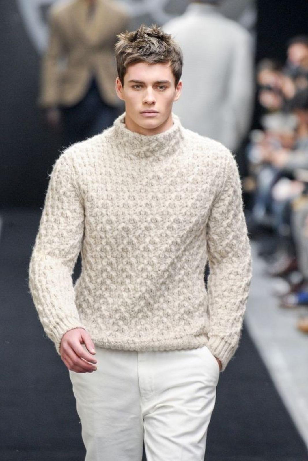 На фотографии белый вязаный свитер от SHAPAR, бренда мужской одежды ручной работы в интернет-магазине связанных спицами вещей.