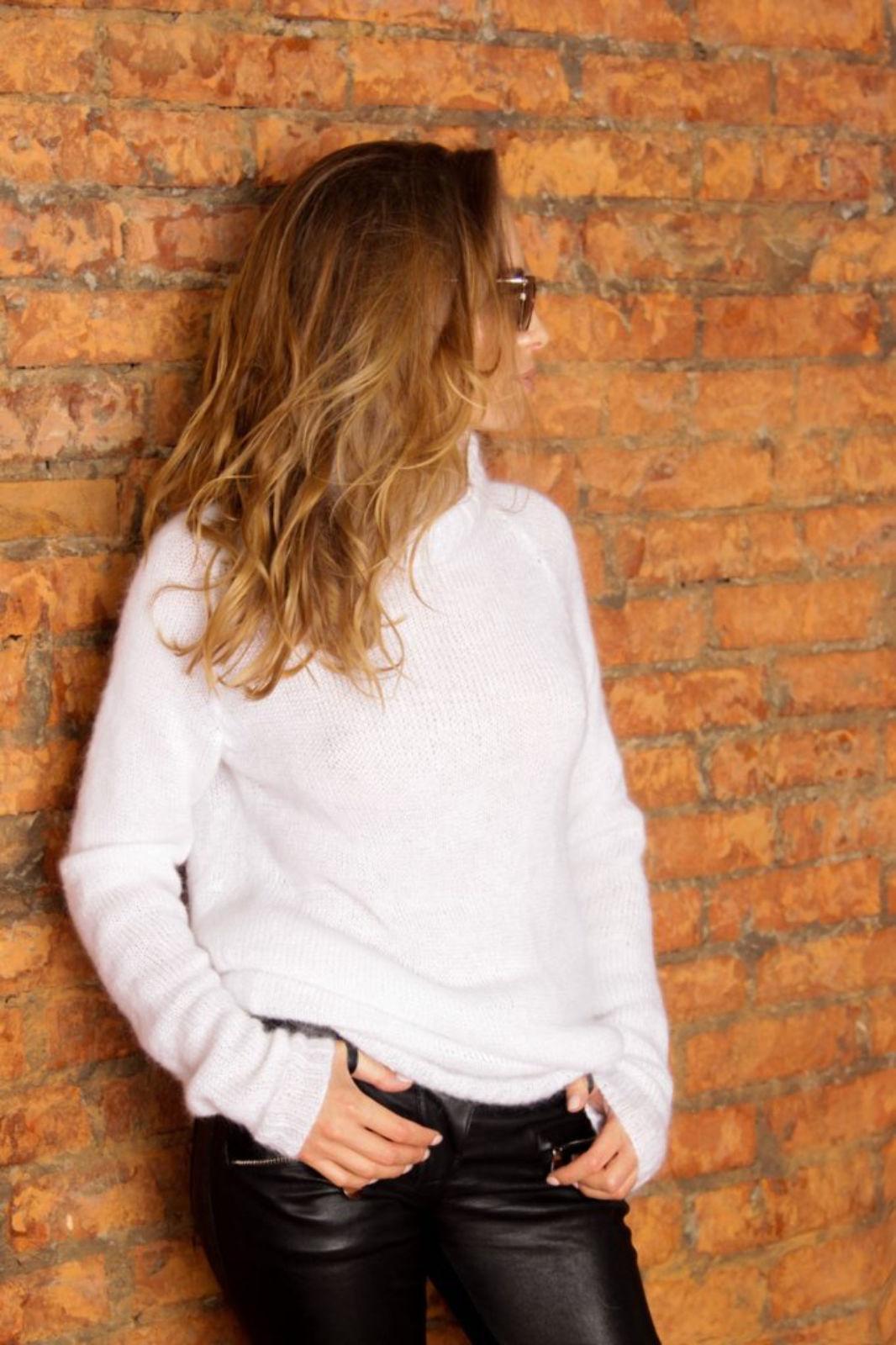 На фотографии белый женский свитер от Shapar, бренда вязаной одежды ручной работы в интернет-магазине связанных спицами вещей.
