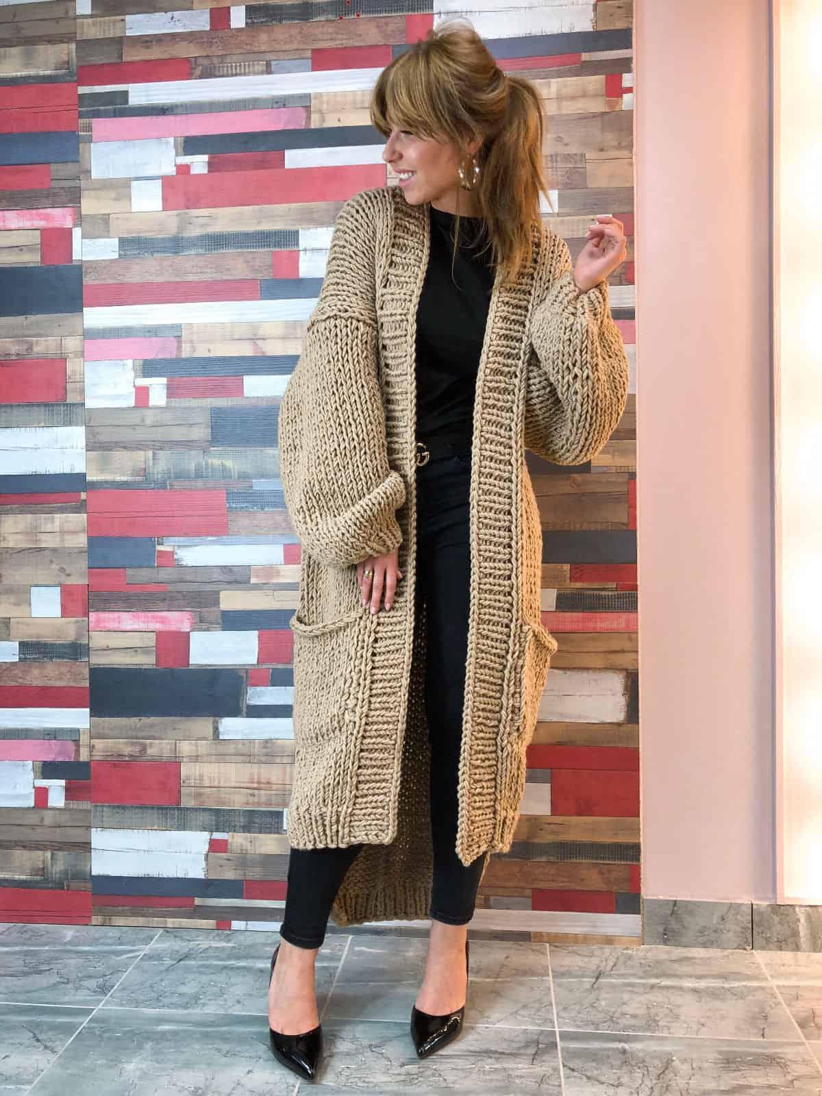 На шестой фотографии женский бежевый кардиган с объемными рукавами от Shapar, бренда вязаной одежды ручной работы в интернет-магазине связанных спицами вещей.