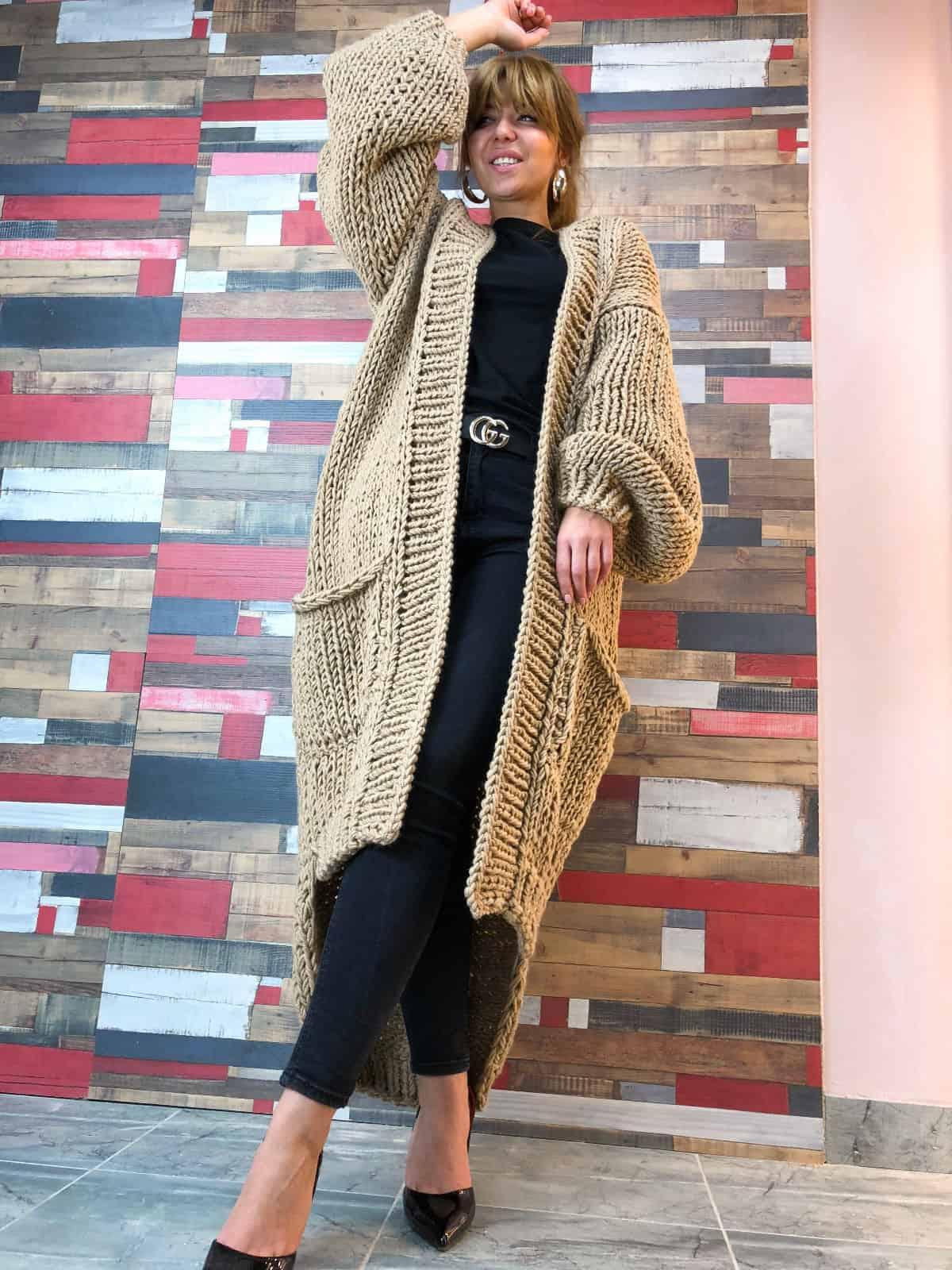 На седьмой фотографии объемный бежевый кардиган для модниц от Shapar, бренда вязаной одежды ручной работы в интернет-магазине связанных спицами вещей.