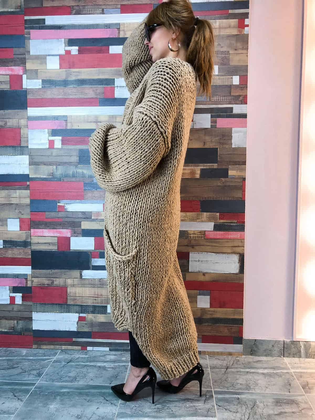 На пятой фотографии женский бежевый кардиган с карманами от Shapar, бренда вязаной одежды ручной работы в интернет-магазине связанных спицами вещей.