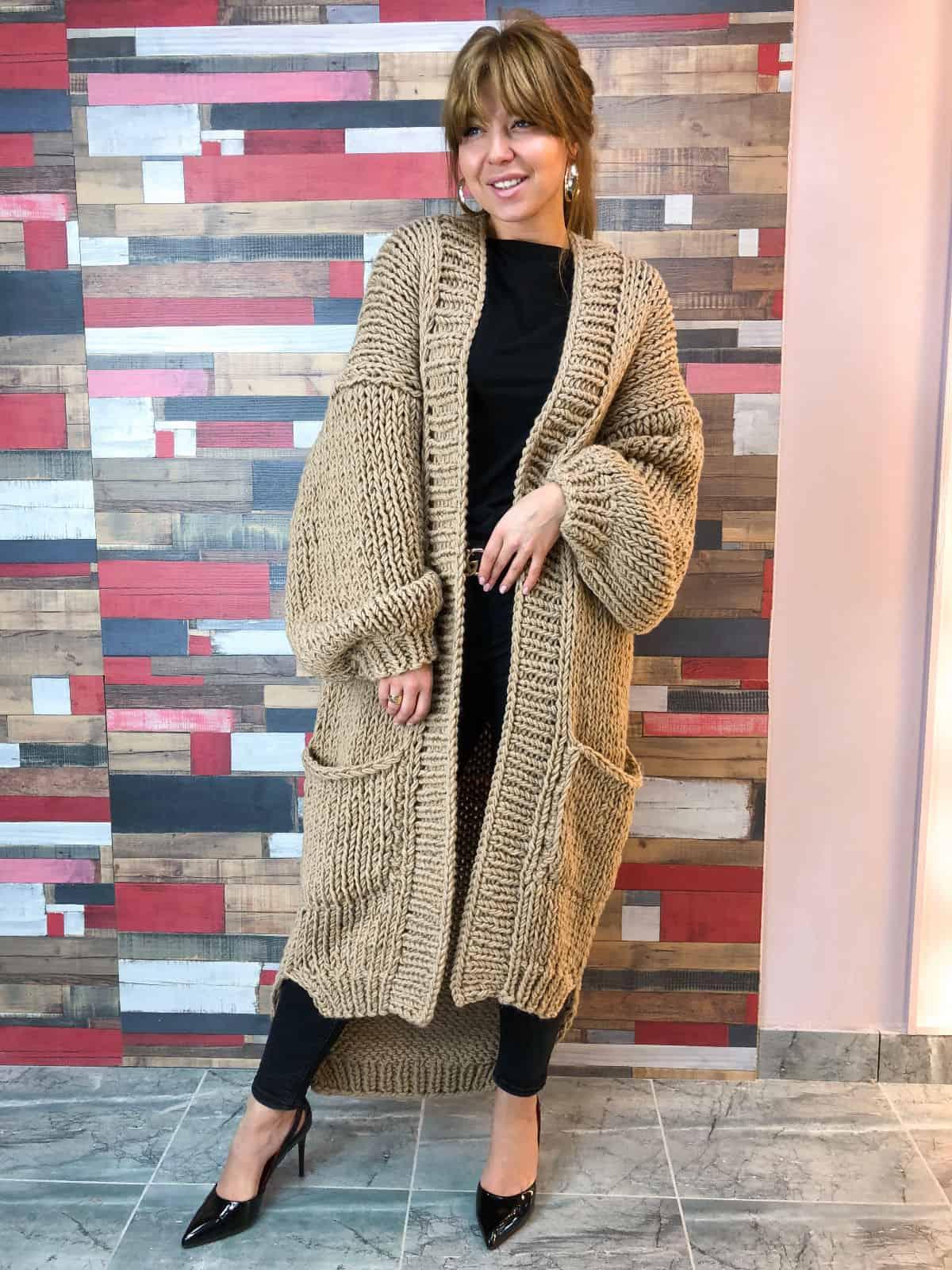 На четвертой  фотографии женский бежевый кардиган с асимметричным низом от Shapar, бренда вязаной одежды ручной работы в интернет-магазине связанных спицами вещей.