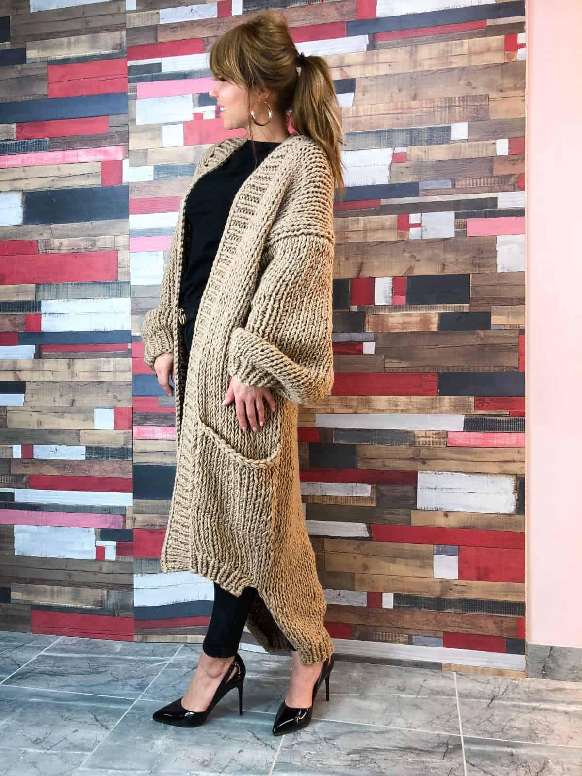 На фотографии женский бежевый кардиган от Shapar, бренда вязаной одежды ручной работы в интернет-магазине связанных спицами вещей.