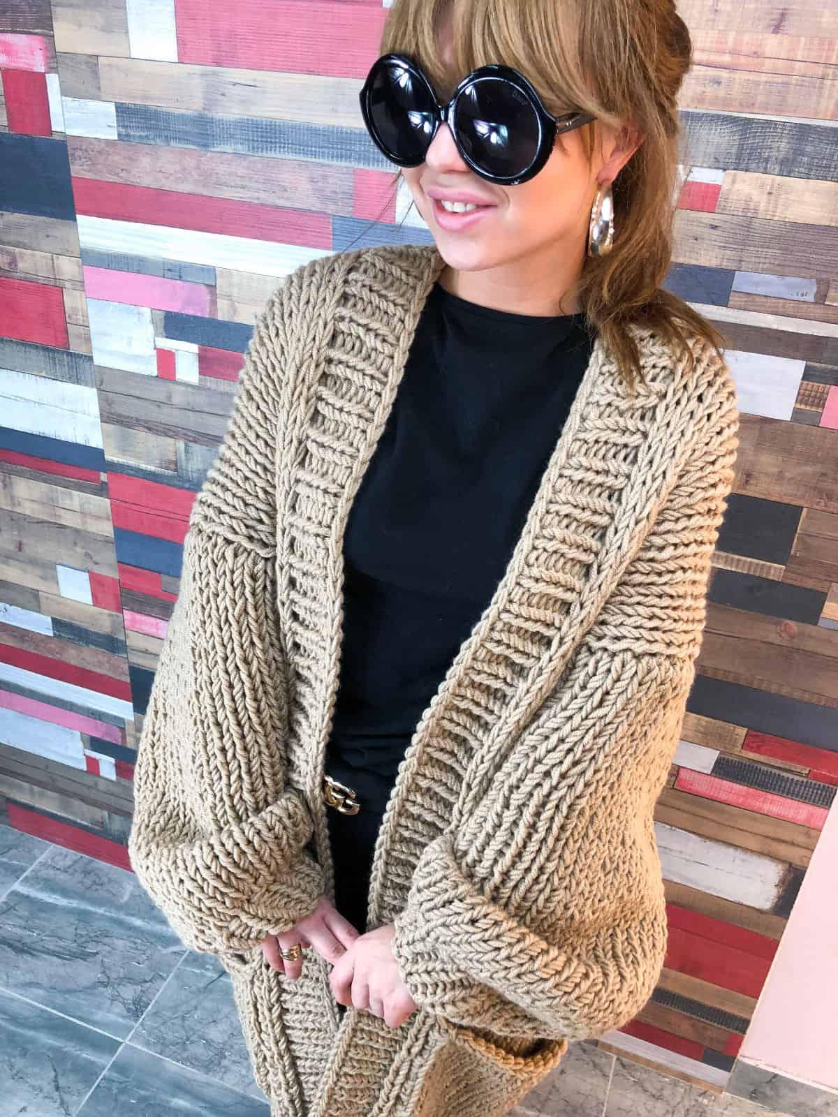 На третьей фотографии женский бежевый кардиган крупной вязки от Shapar, бренда вязаной одежды ручной работы в интернет-магазине связанных спицами вещей.