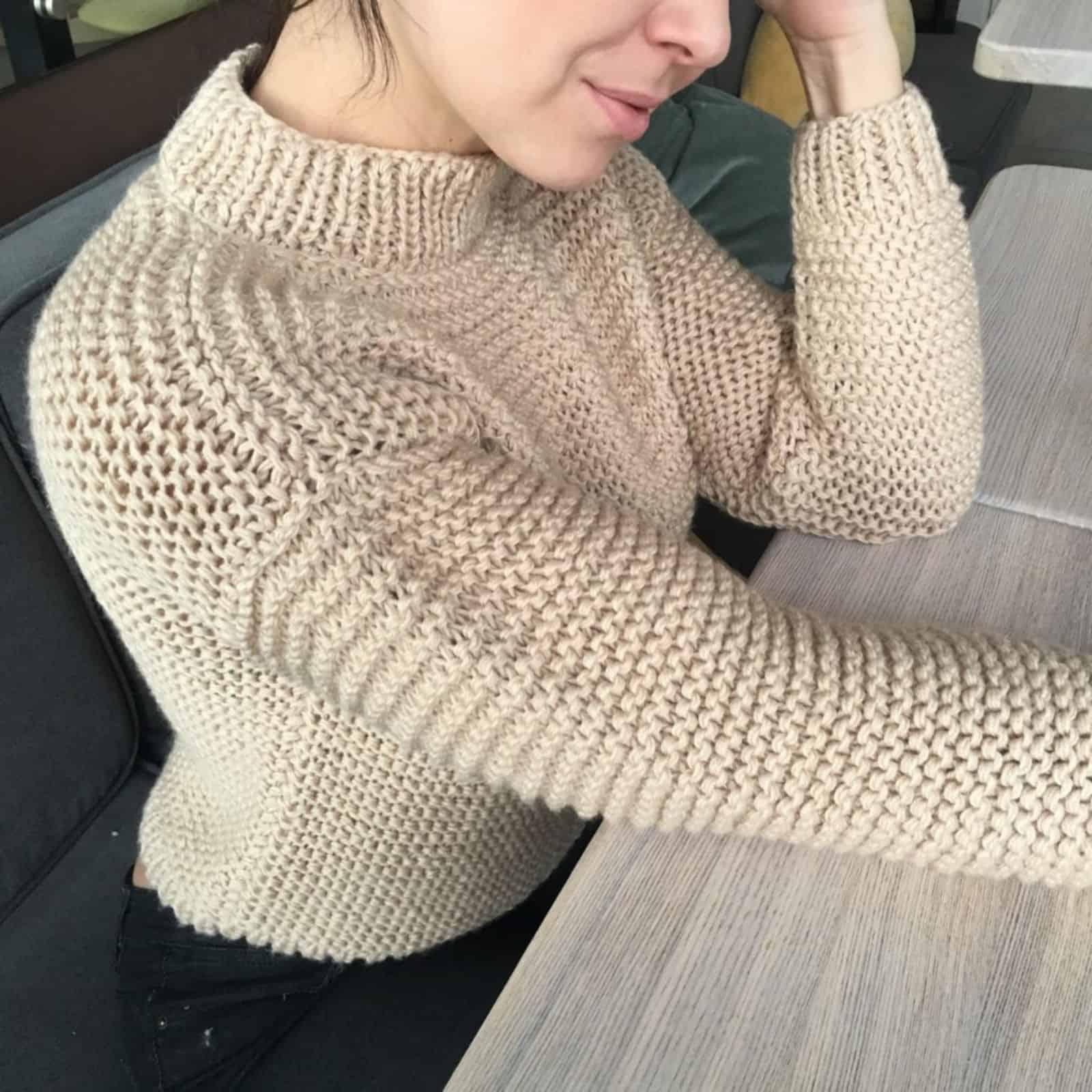 На второй фотографии модный бежевый свитер женский крупной вязки от Shapar, бренда вязаной одежды ручной работы в интернет-магазине связанных спицами вещей.