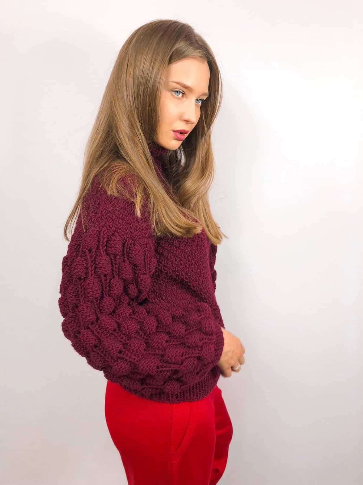 На фотографии женский бордовый свитер с объемными рукавами от SHAPAR, бренда вязаной одежды ручной работы в интернет-магазине связанных спицами вещей.