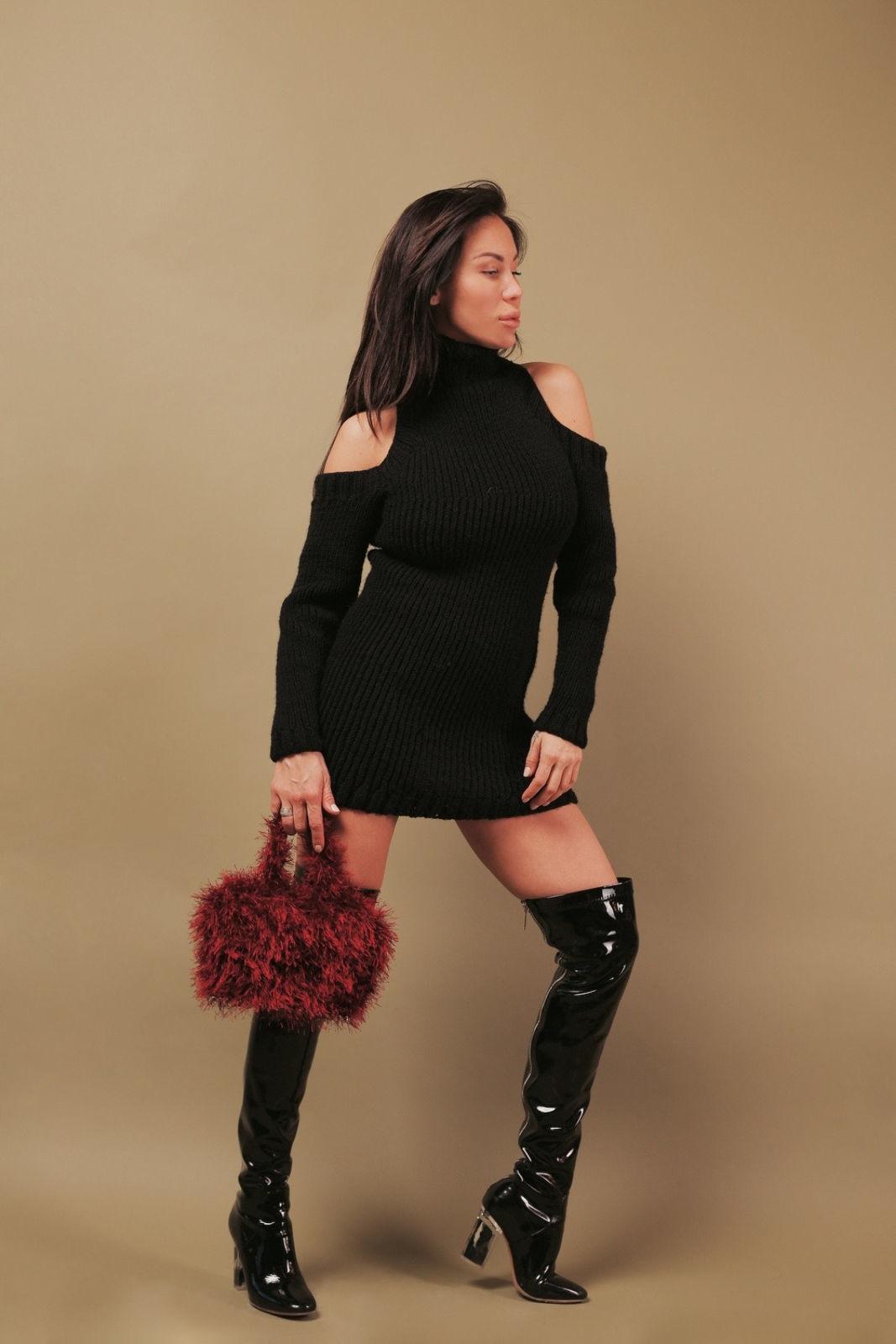 На фотографии черный длинный свитер платье от Shapar, бренда женской вязаной одежды ручной работы в интернет-магазине связанных спицами вещей.