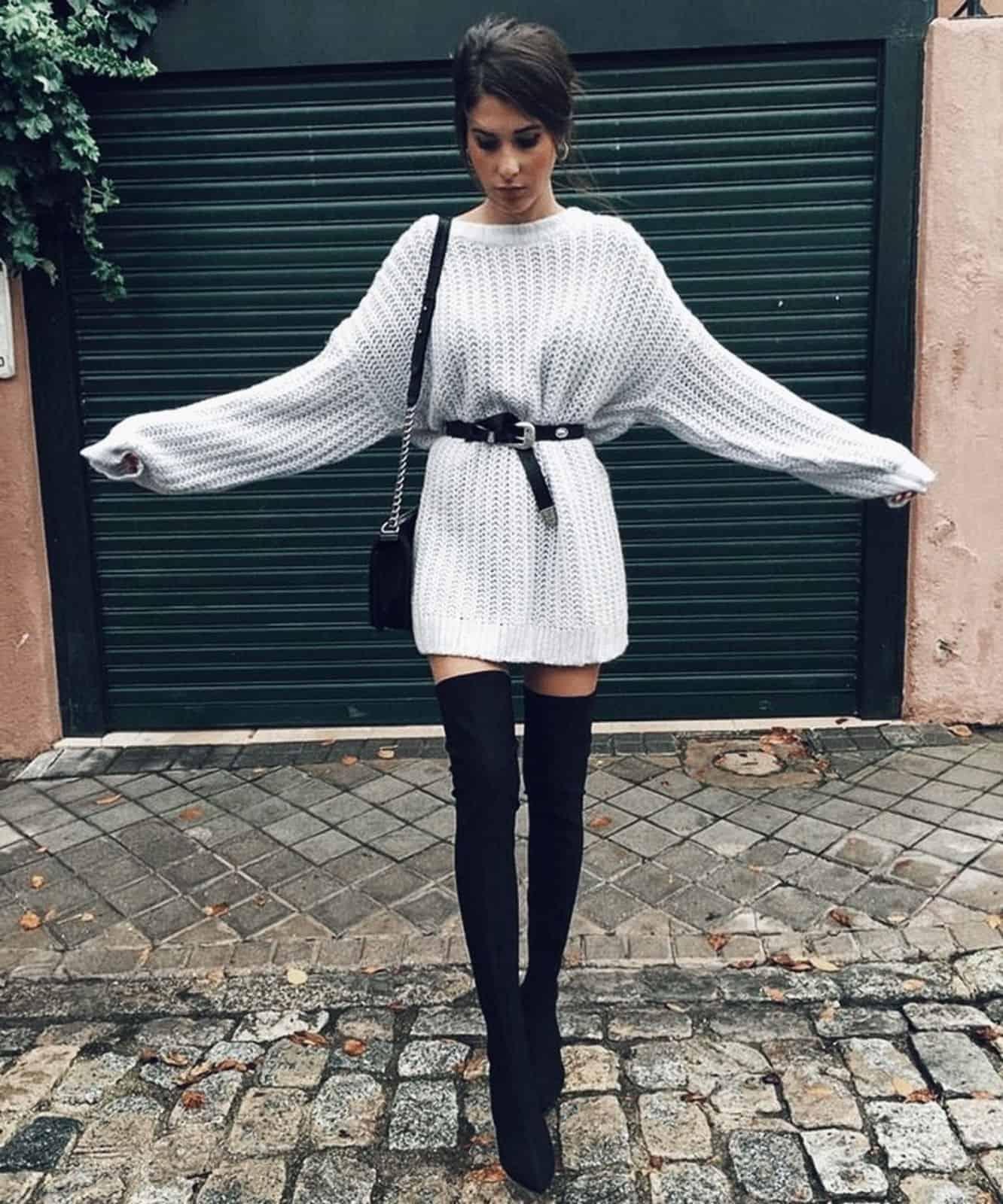 На фотографии женский длинный свитер спицами от Shapar, бренда вязаной одежды ручной работы в интернет-магазине связанных вещей.