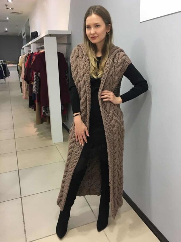На фотографии коричневый жилет женский от Shapar, бренда вязаной одежды ручной работы в интернет-магазине связанных спицами вещей.