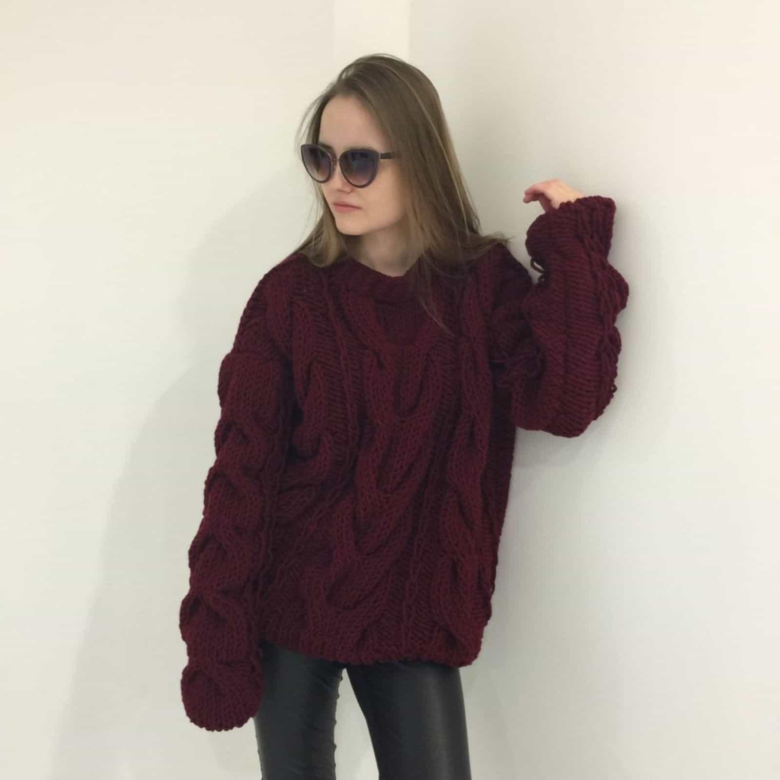 На второй фотографии бордовый джемпер для женщин от Shapar, бренда вязаной одежды ручной работы в интернет-магазине связанных спицами вещей.