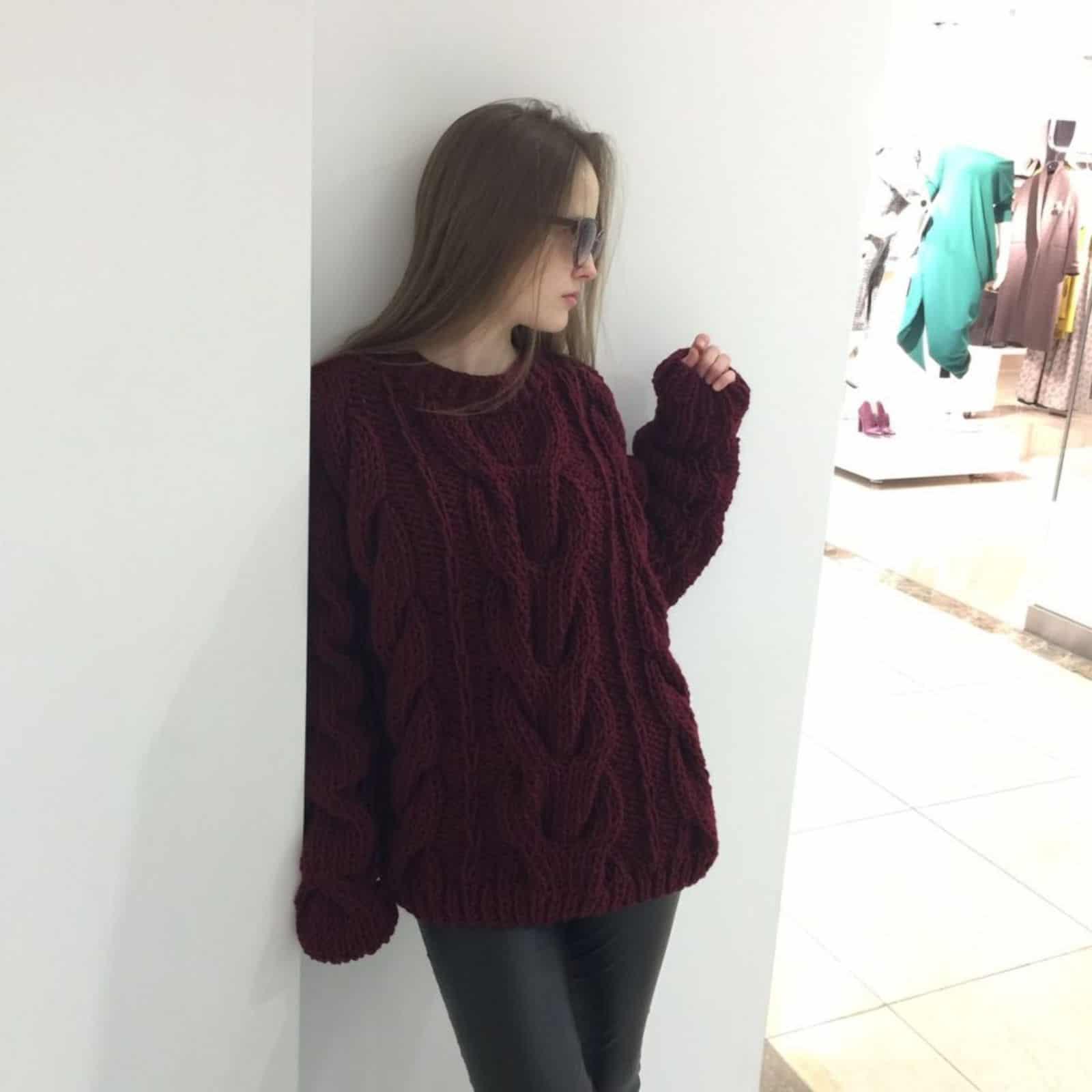 На четвертой фотографии модный джемпер для женщин от Shapar, бренда вязаной одежды ручной работы в интернет-магазине связанных спицами вещей.
