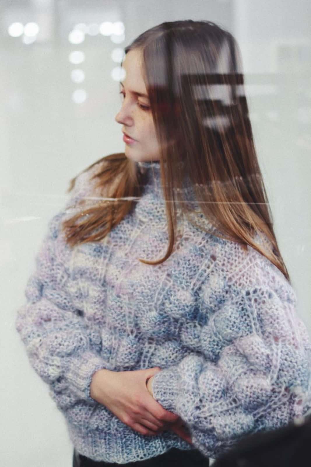 На второй фотографии голубой ажурный джемпер из мохера для девушек и женщин от Shapar, бренда вязаной одежды ручной работы в интернет-магазине связанных спицами вещей.