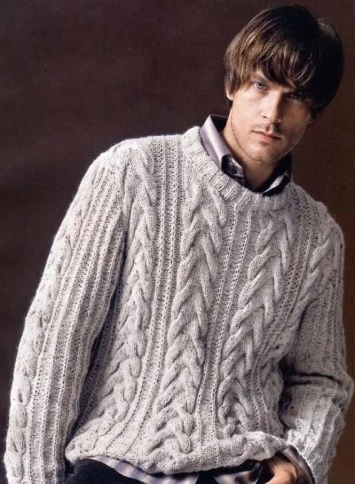 На фотографии светло-серый вязаный джемпер для мужчин от SHAPAR, бренда одежды ручной работы в интернет-магазине связанных спицами вещей.
