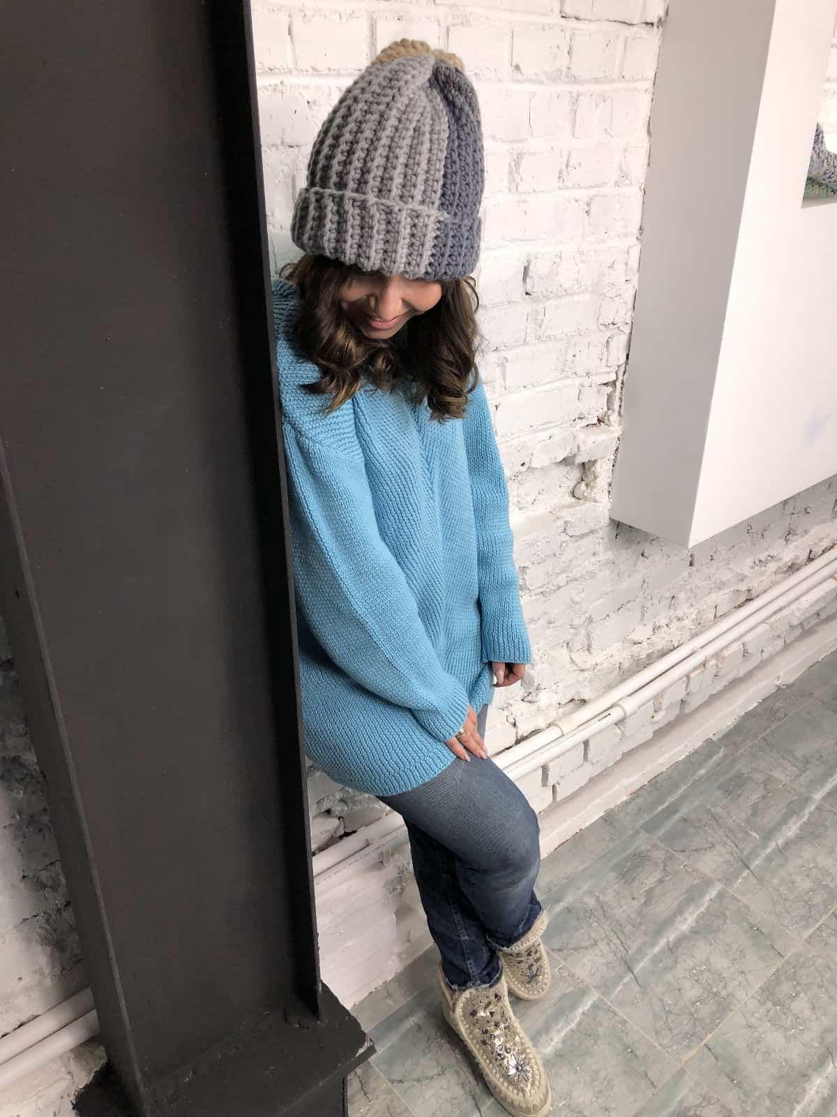На фотографии голубой вязаный спицами джемпер для женщин от SHAPAR, бренда одежды ручной работы в интернет-магазине связанных вещей.
