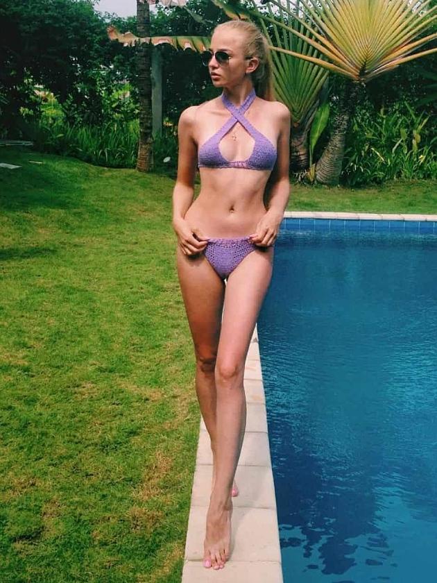 На фотографии вязаный сиреневый купальник от Shapar, бренда женской пляжной одежды ручной работы в интернет-магазине связанных крючком вещей.