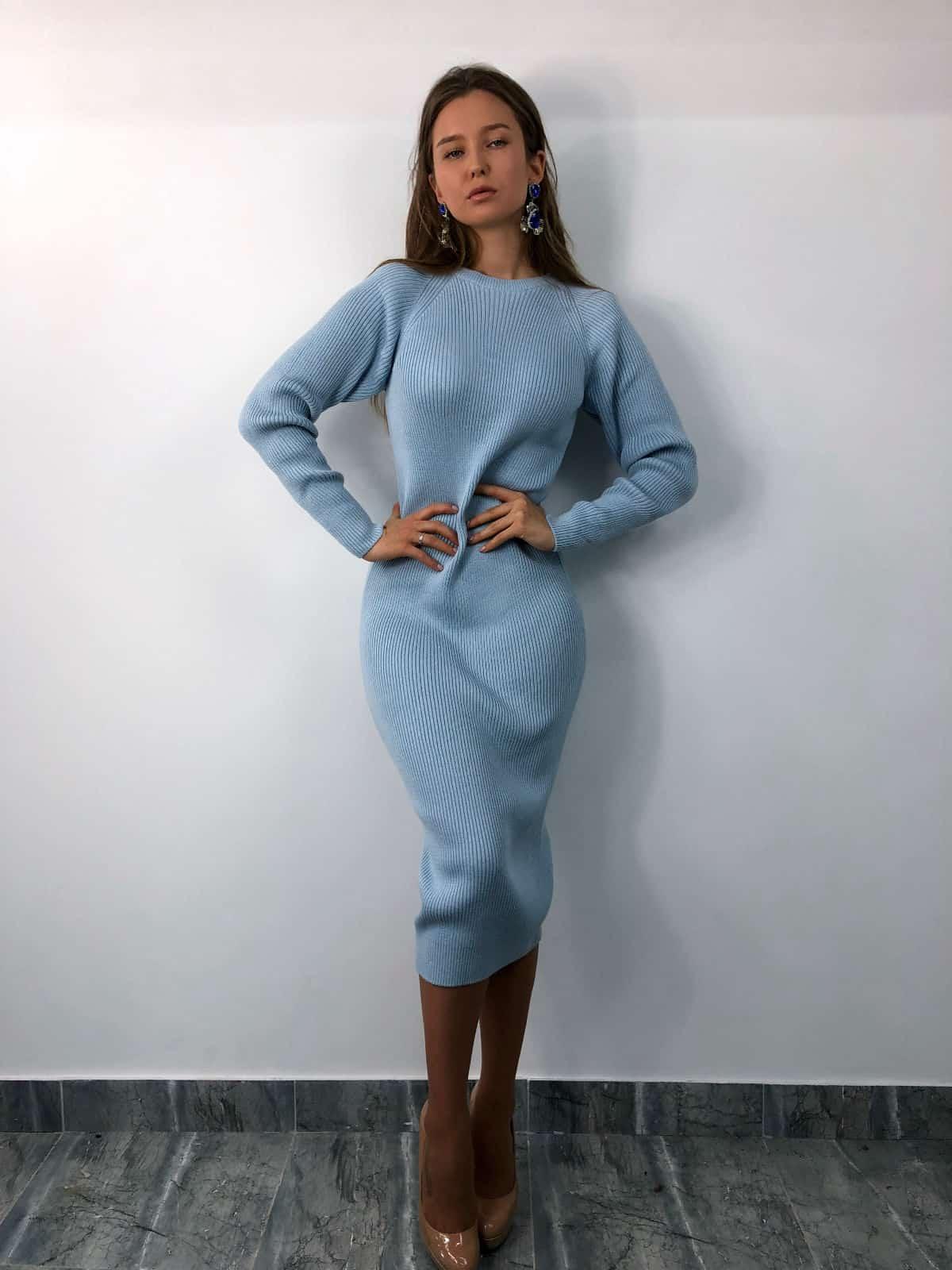 На фотографии вязаное голубое платье от SHAPAR, бренда женской одежды ручной работы в интернет-магазине связанных спицами вещей.