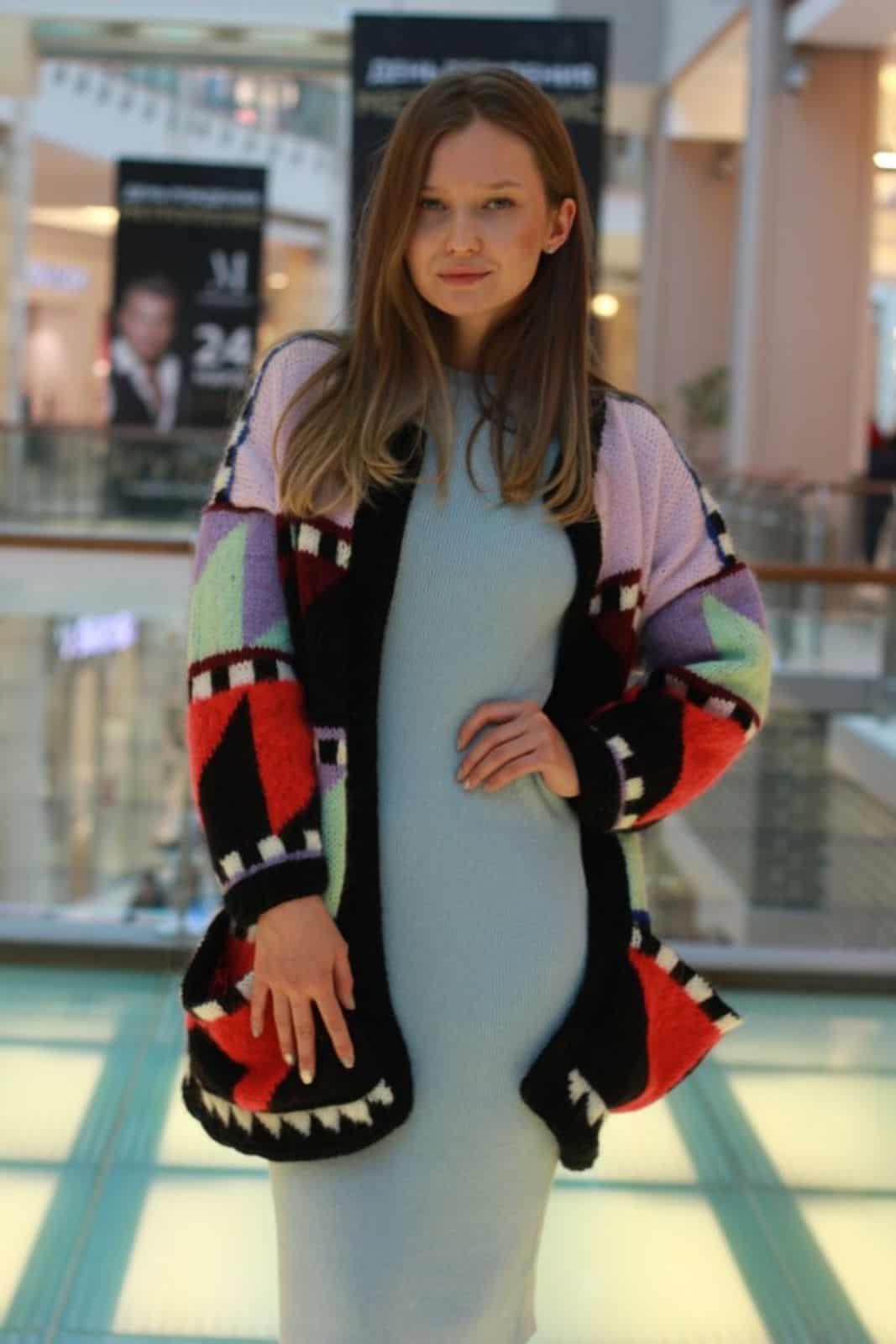 На второй фотографии повседневное голубое вязаное платье для жензин от Shapar, бренда женской одежды ручной работы в интернет-магазине связанных спицами вещей.