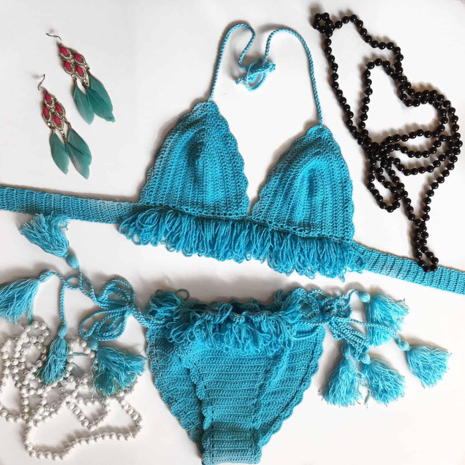 На фотографии голубой женский купальник от SHAPAR, бренда вязаной одежды ручной работы в интернет-магазине связанных крючком вещей.