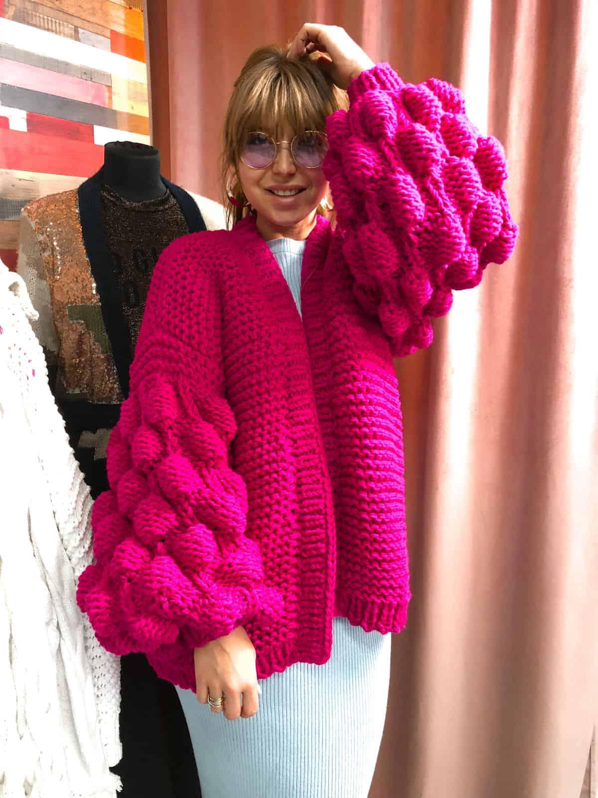 На фотографии женский кардиган фуксия от Shapar, бренда вязаной одежды ручной работы в интернет-магазине связанных спицами вещей.