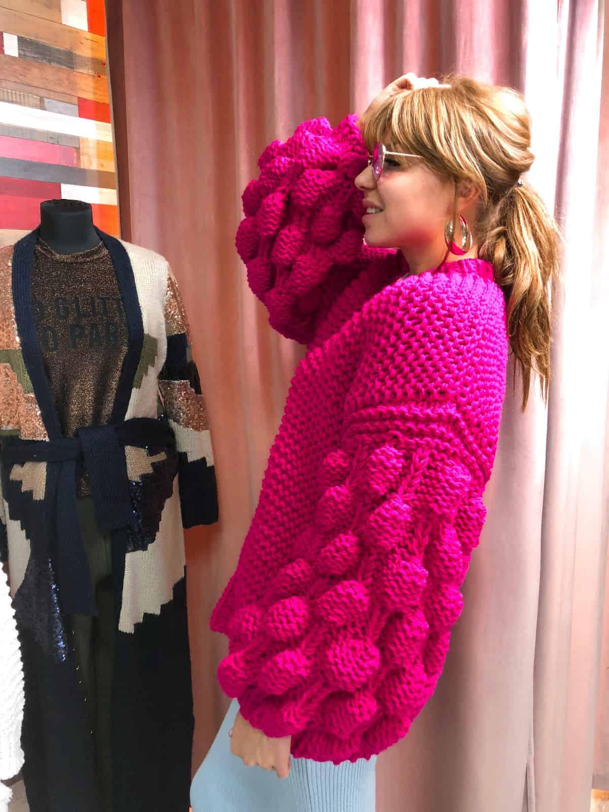 На пятой фотографии женский кардиган фуксия средней длины от Shapar, бренда вязаной одежды ручной работы в интернет-магазине связанных спицами вещей.