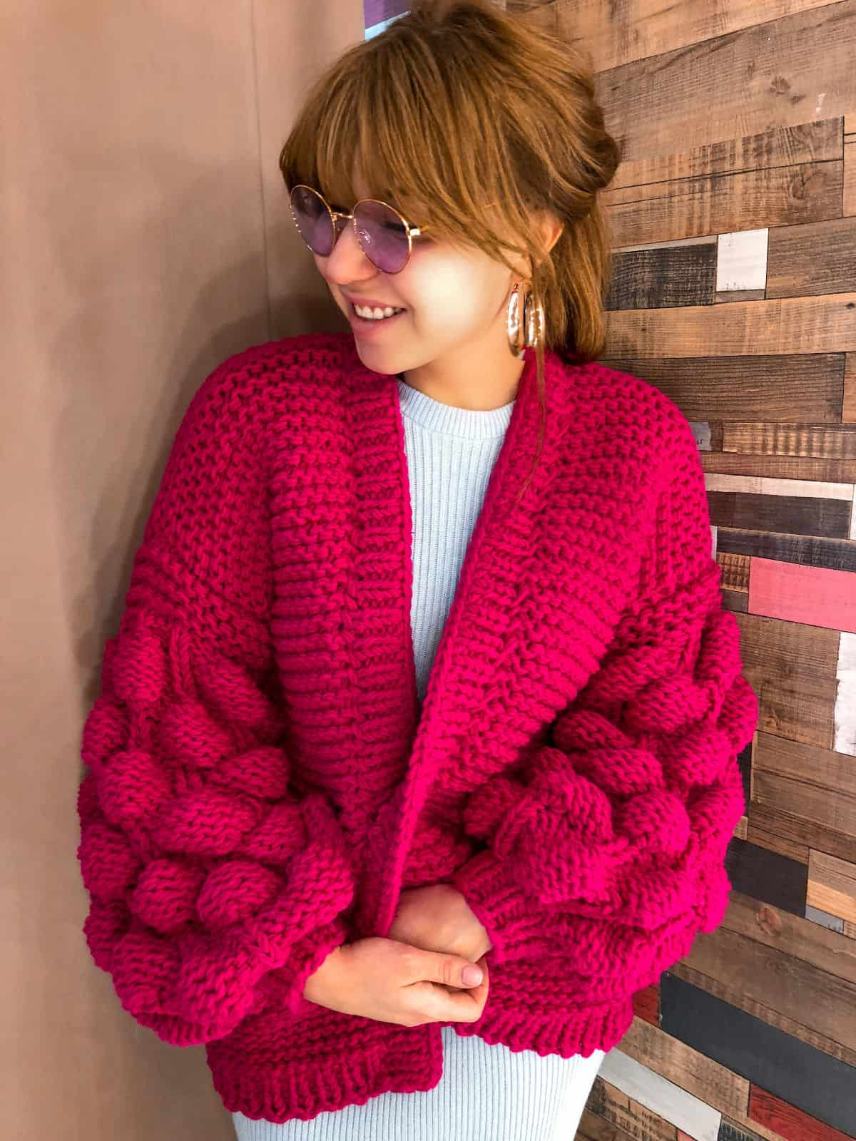 На четвертой фотографии кардиган фуксия для стильных девушек от Shapar, бренда вязаной одежды ручной работы в интернет-магазине связанных спицами вещей.