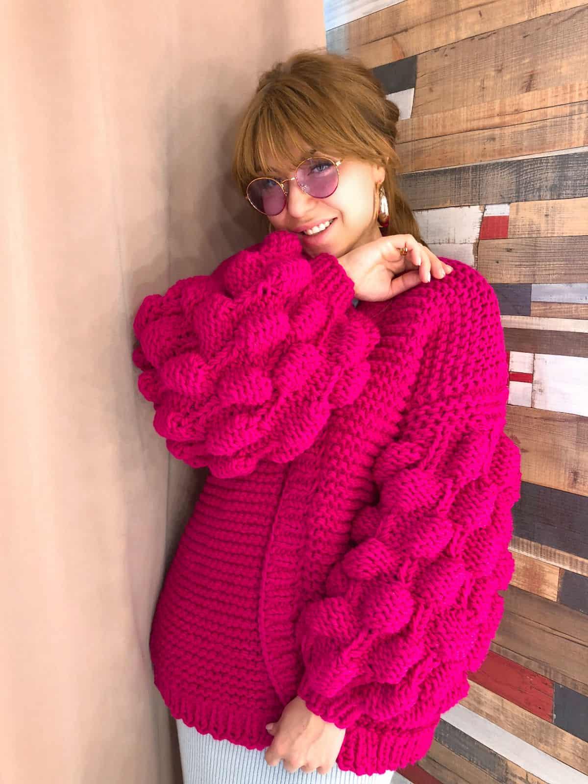 На третьей фотографии женский кардиган фуксия с объемными рукавами от Shapar, бренда вязаной одежды ручной работы в интернет-магазине связанных спицами вещей.