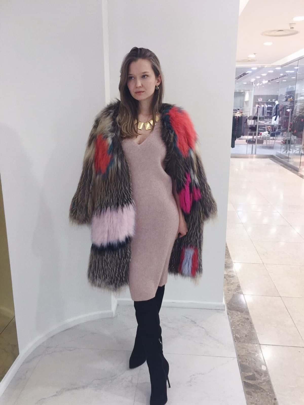 На фотографии вязаное кашемировое платье в кремовом оттенке от Shapar, бренда женской одежды ручной работы в интернет-магазине связанных спицами вещей.