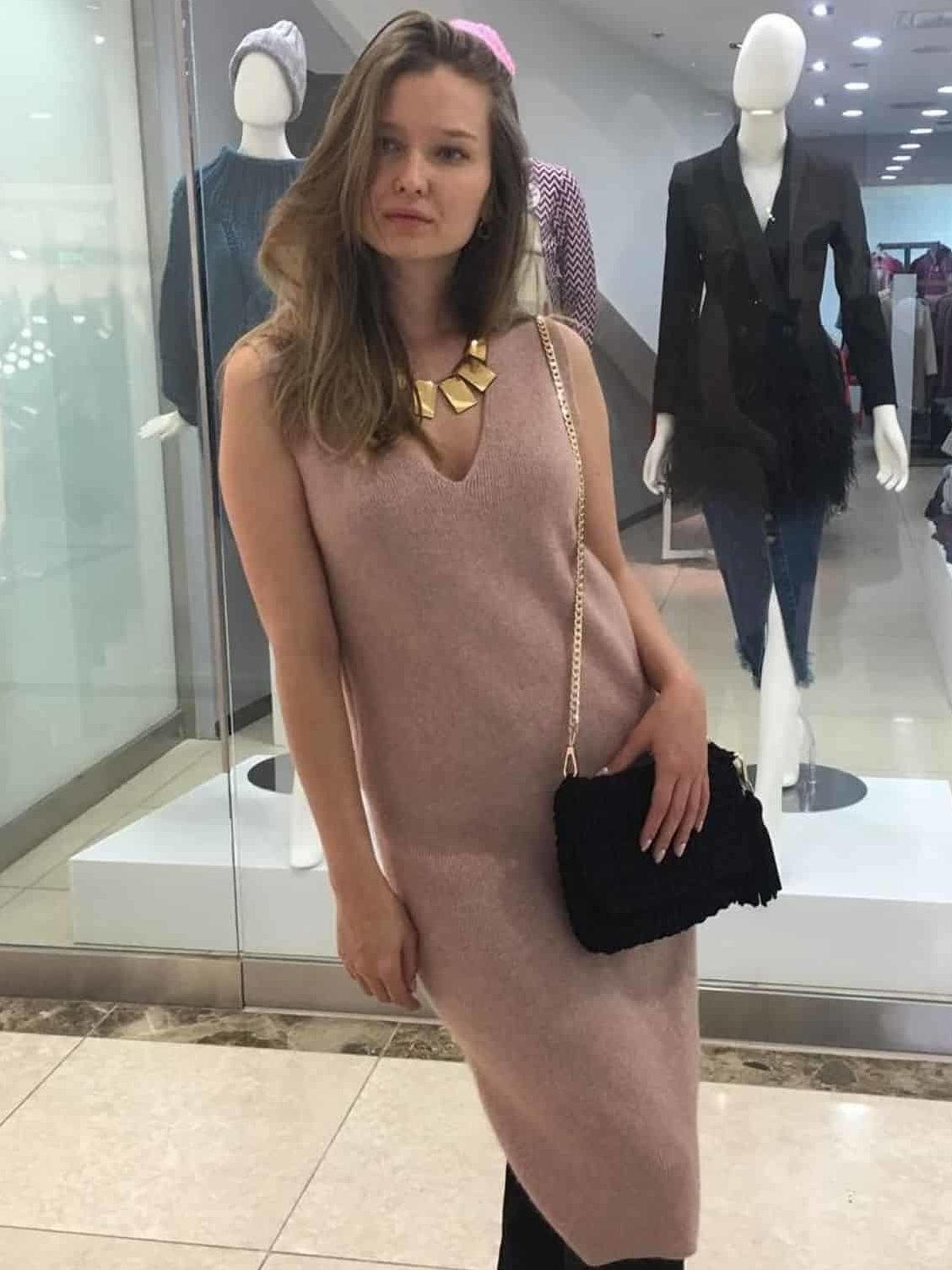 На второй фотографии вязаное кашемировое платье без рукавов от Shapar, бренда женской одежды ручной работы в интернет-магазине связанных спицами вещей.