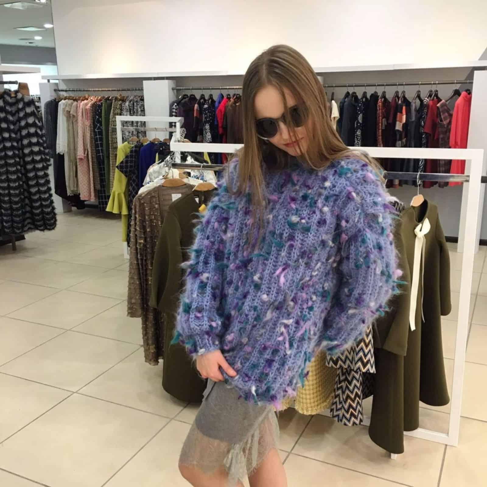 На фотографии женская кофта джемпер из мохера от SHAPAR, бренда вязаной одежды ручной работы в интернет-магазине связанных спицами вещей.