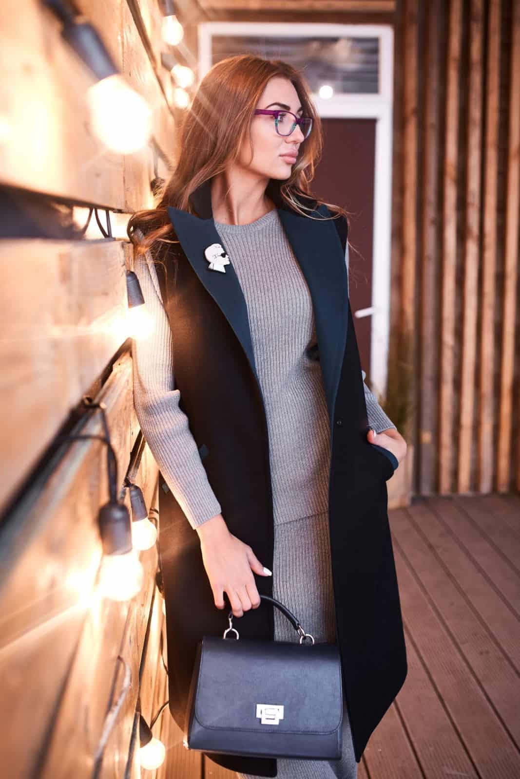 На фотографии серый женский костюм юбка с кофтой от SHAPAR, бренда вязаной одежды ручной работы в интернет-магазине связанных вещей.