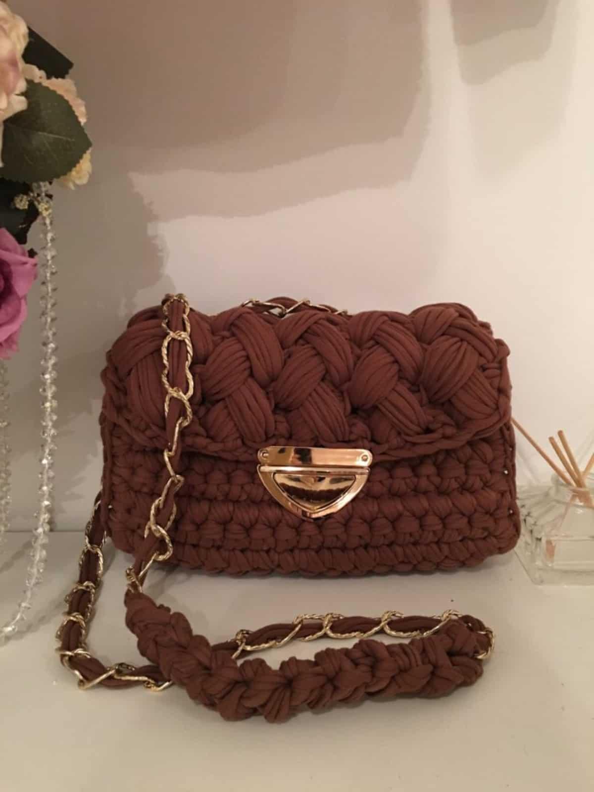 На фотографии коричневая женская сумка от SHAPAR, бренда вязаных аксессуаров ручной работы в интернет-магазине связанных спицами вещей.