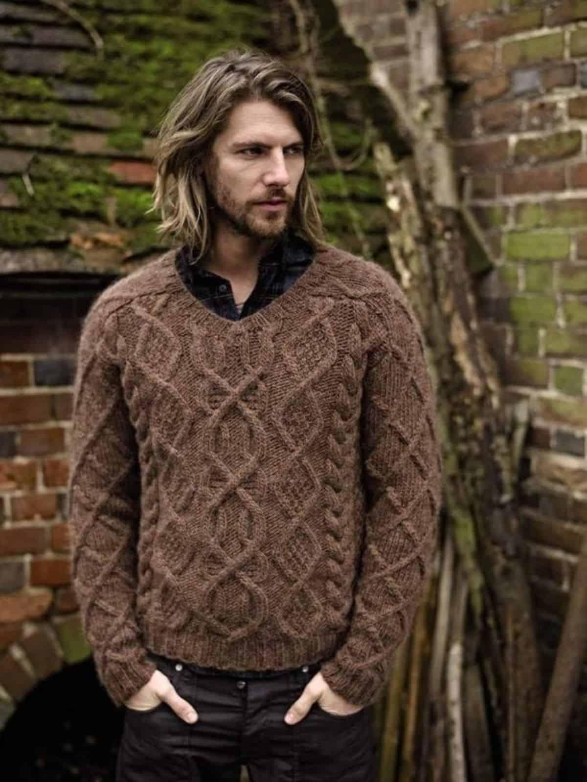На фотографии мужской коричневый свитер от Shapar, бренда вязаной одежды ручной работы в интернет-магазине связанных спицами вещей.