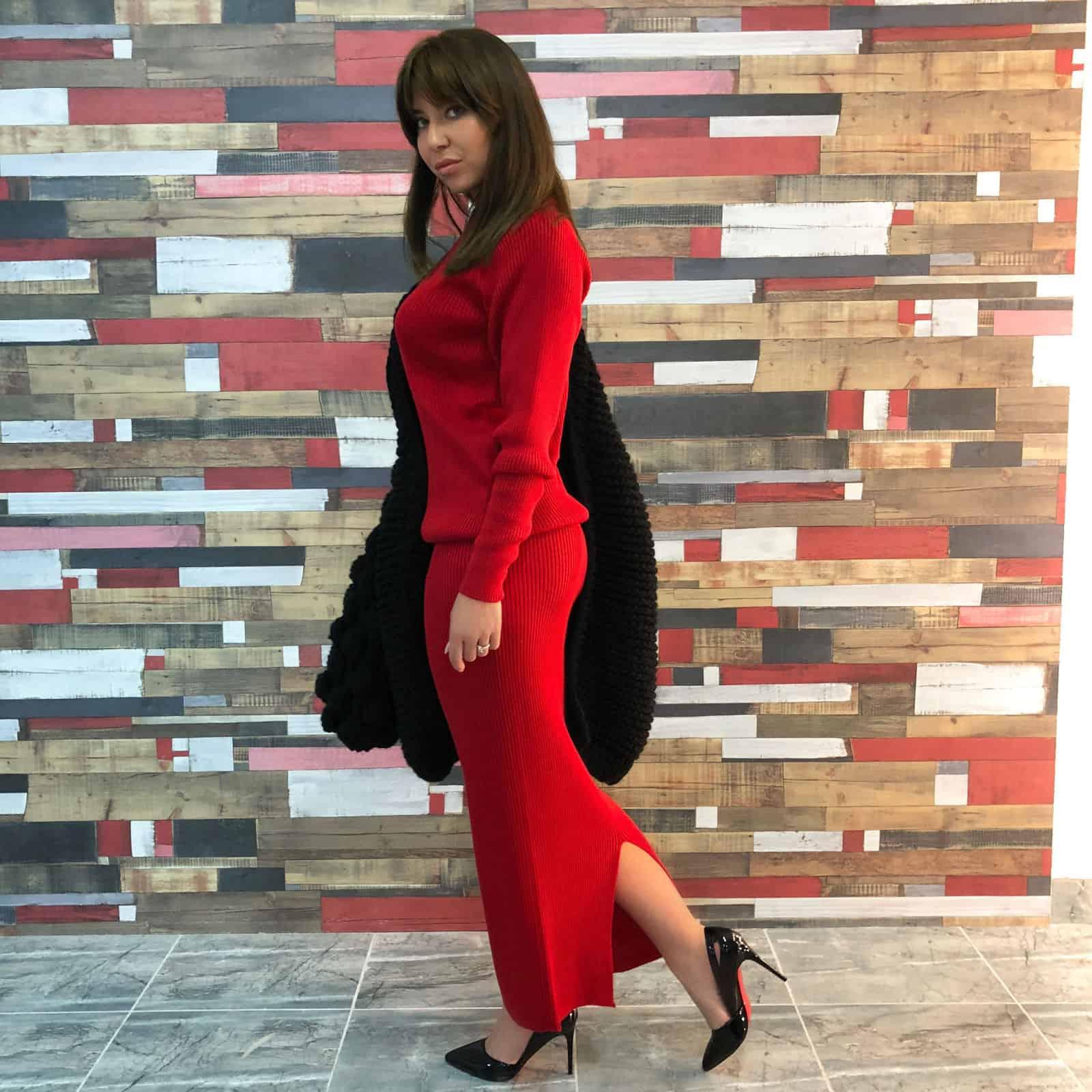 На фотографии красный вязаный костюм с юбкой от SHAPAR, бренда женской одежды ручной работы в интернет-магазине связанных вещей.