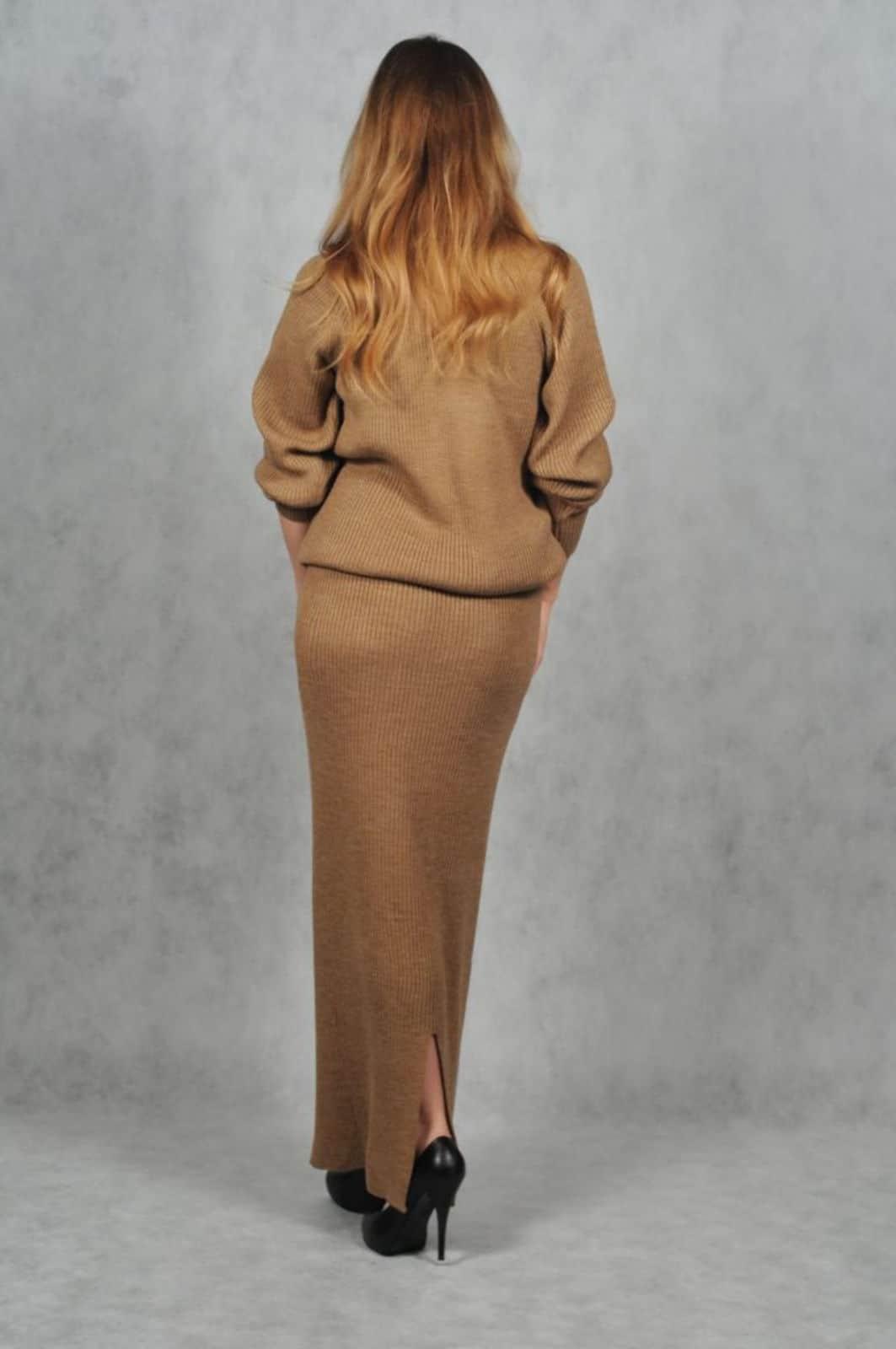 На второй фотографии модный женский костюм из юбки с кофтой со спины от Shapar, бренда вязаной одежды ручной работы в интернет-магазине связанных спицами вещей.